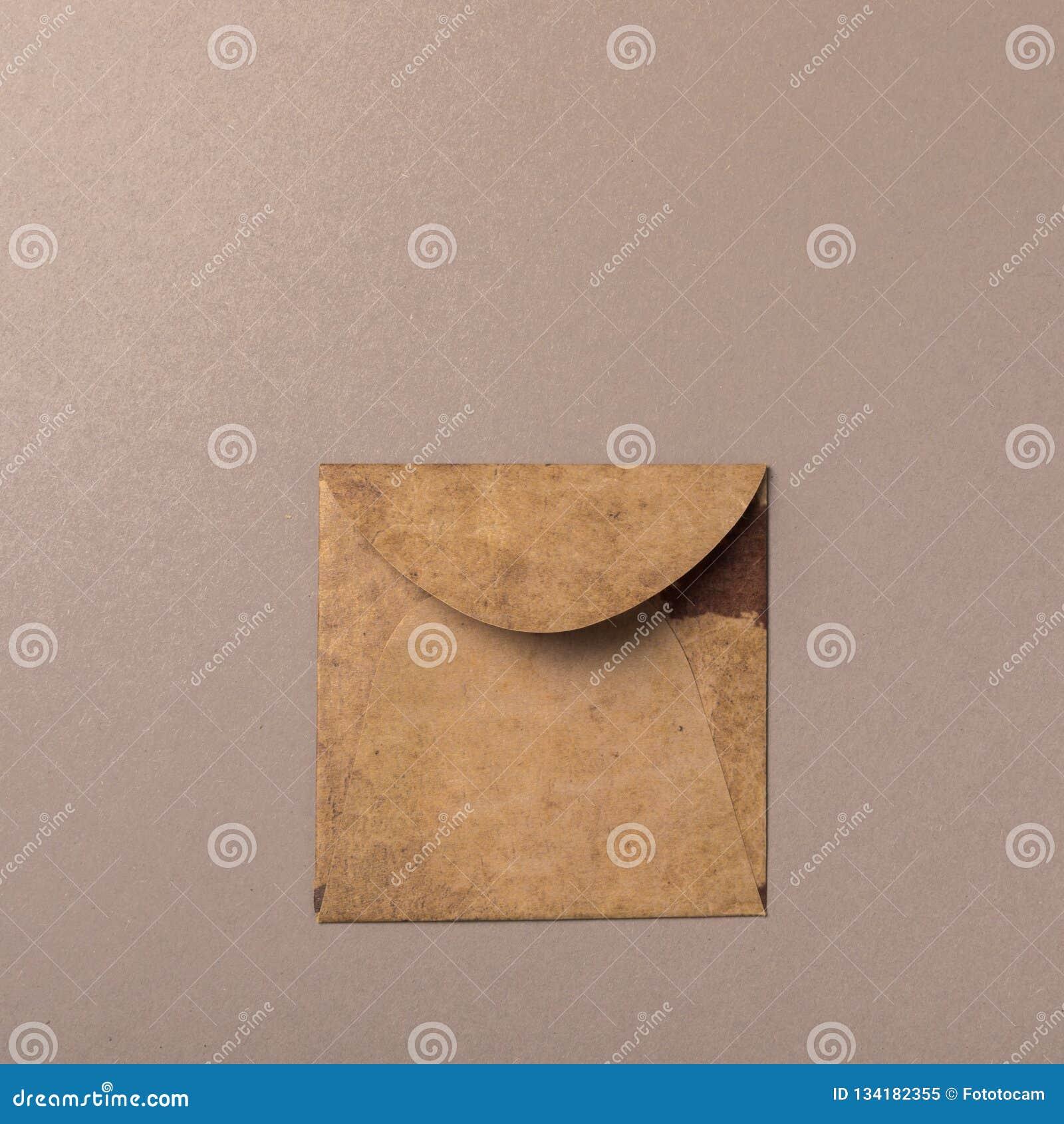Enveloppe de métier de Brown sur le fond gris