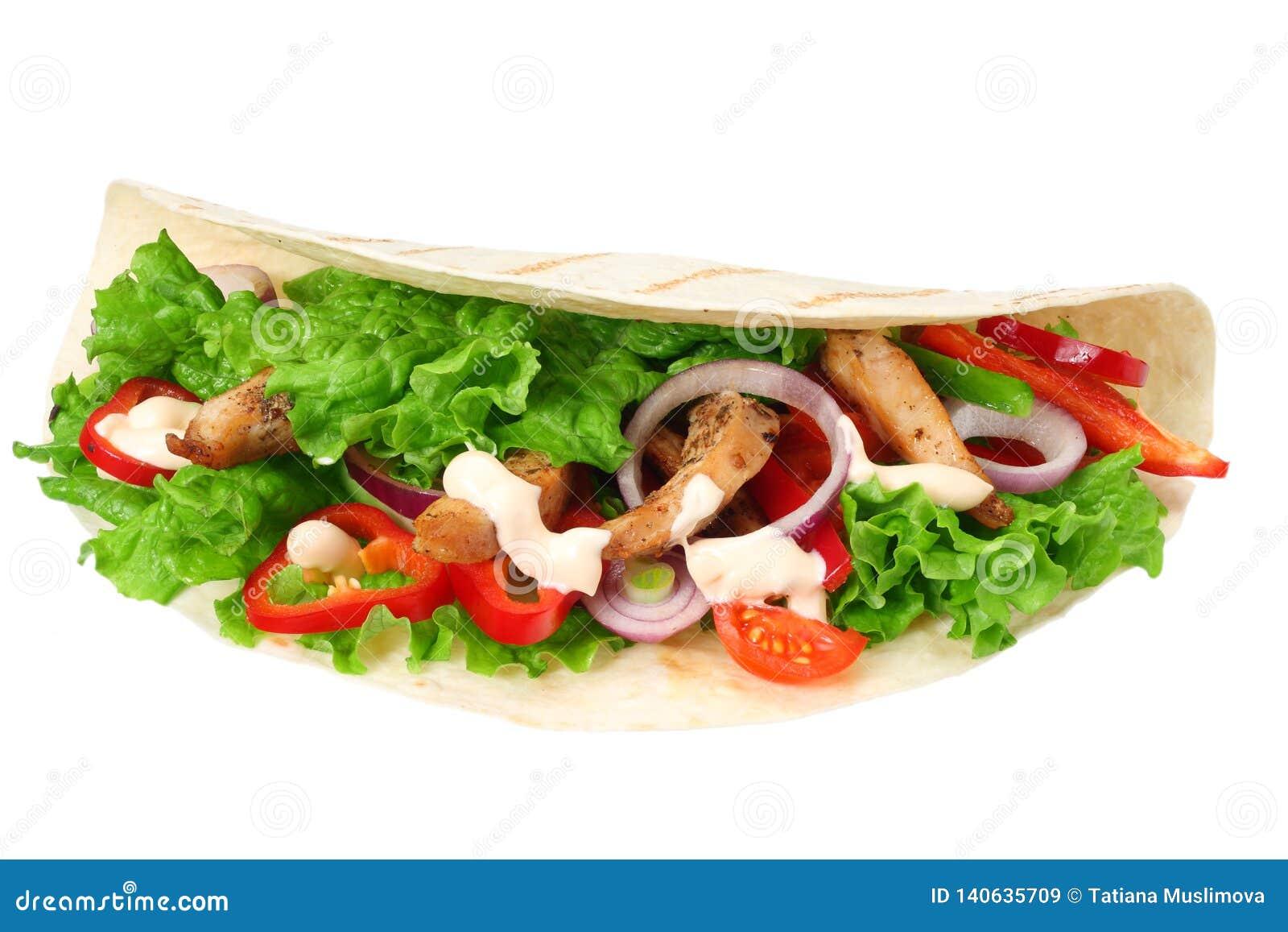 Enveloppe de tortilla avec de la viande et des légumes de poulet frit d isolement sur le fond blanc Aliments de préparation rapid