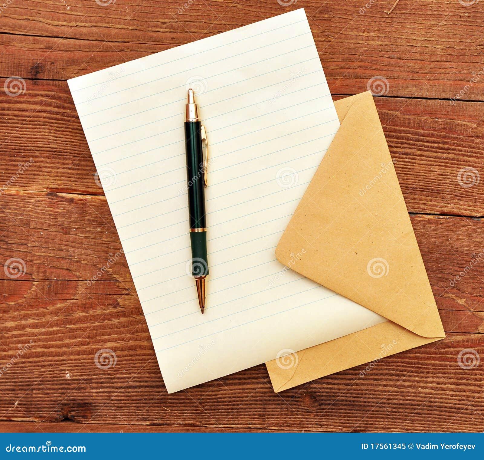 Enveloppe, papier et crayon lecteur.