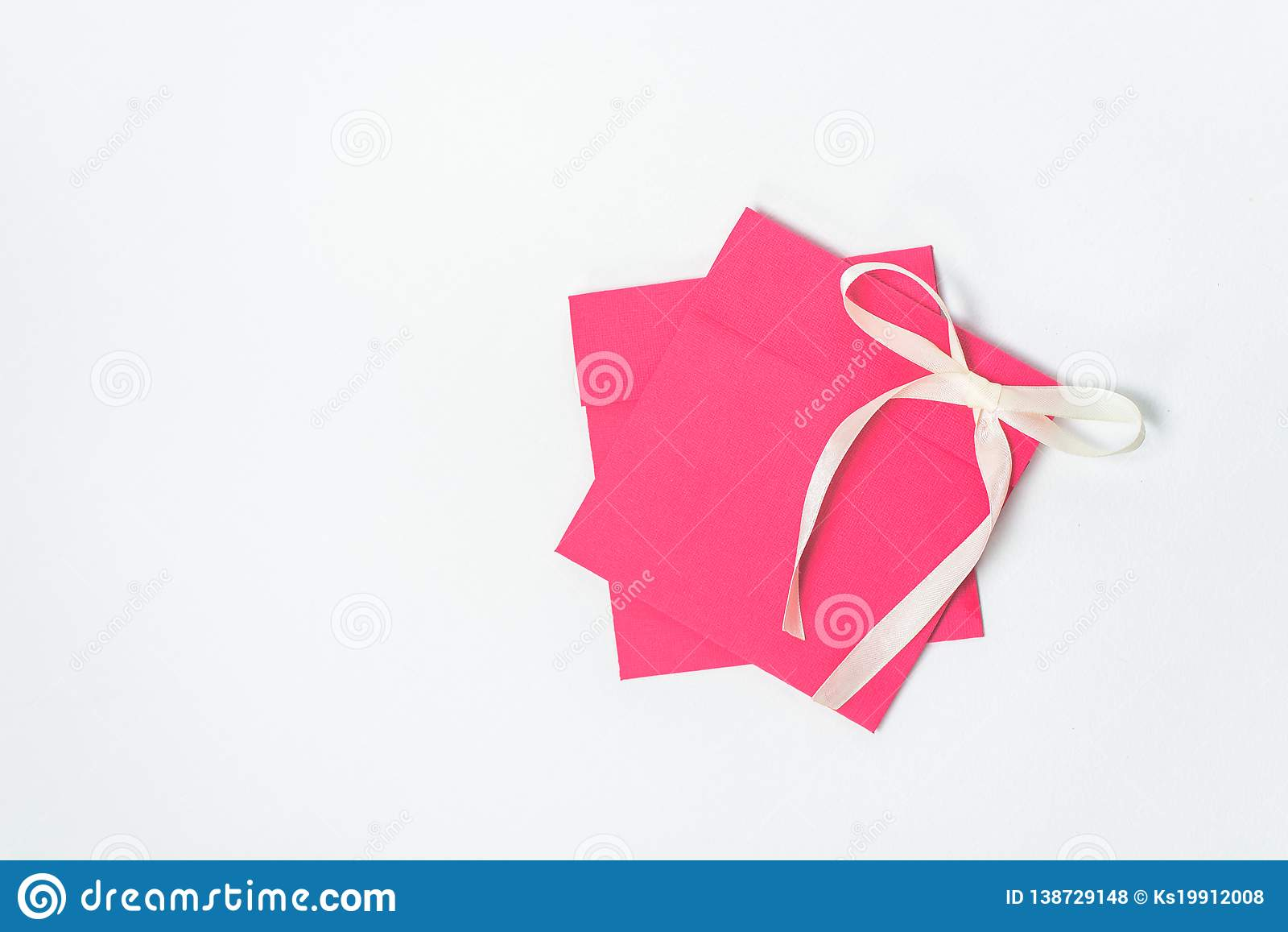 Enveloppe rouge avec le ruban jaune sous forme d arc pour le CD, position verticale Enveloppe carrée