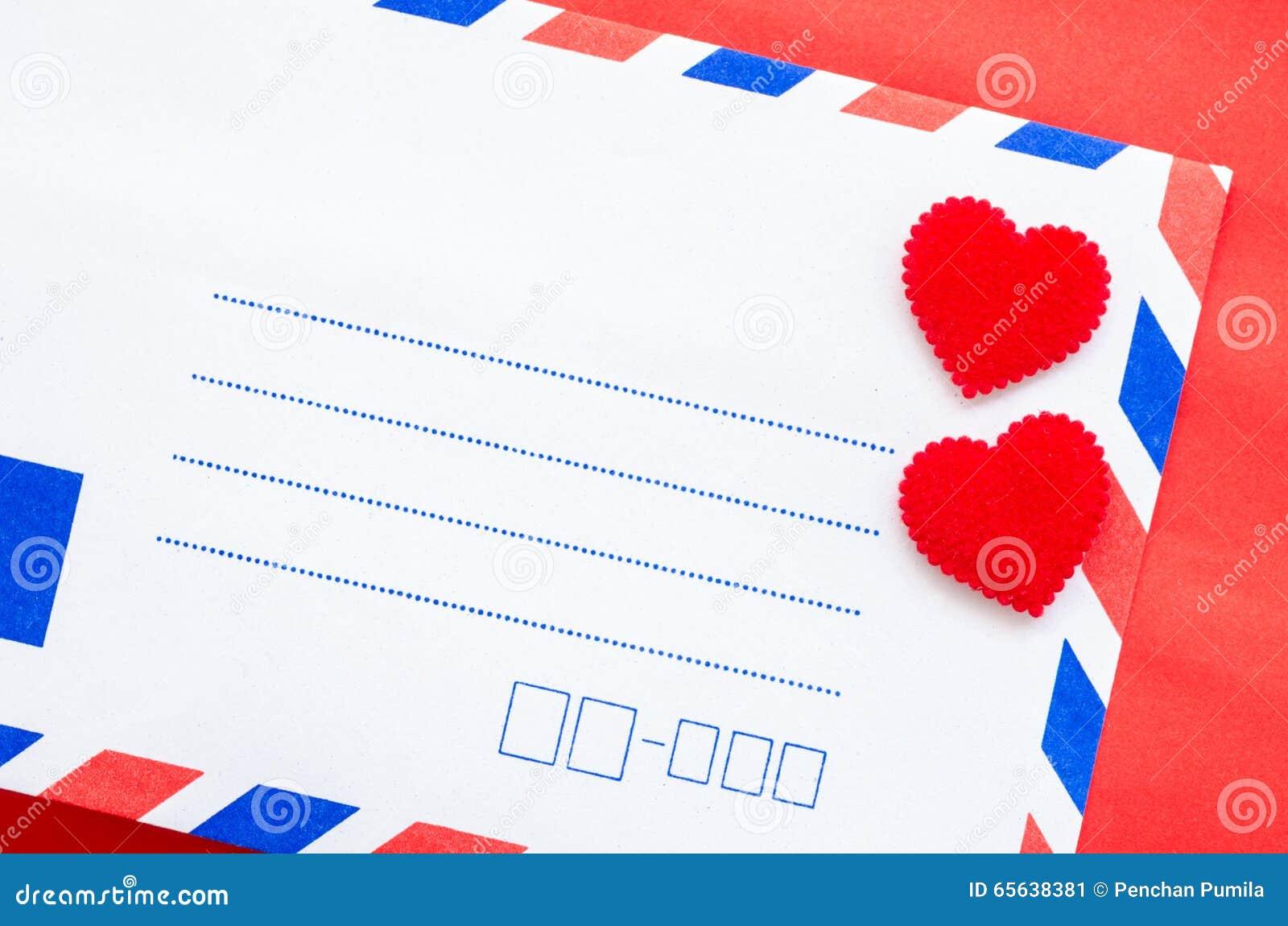 Enveloppes de courrier de vintage et coeur rouge