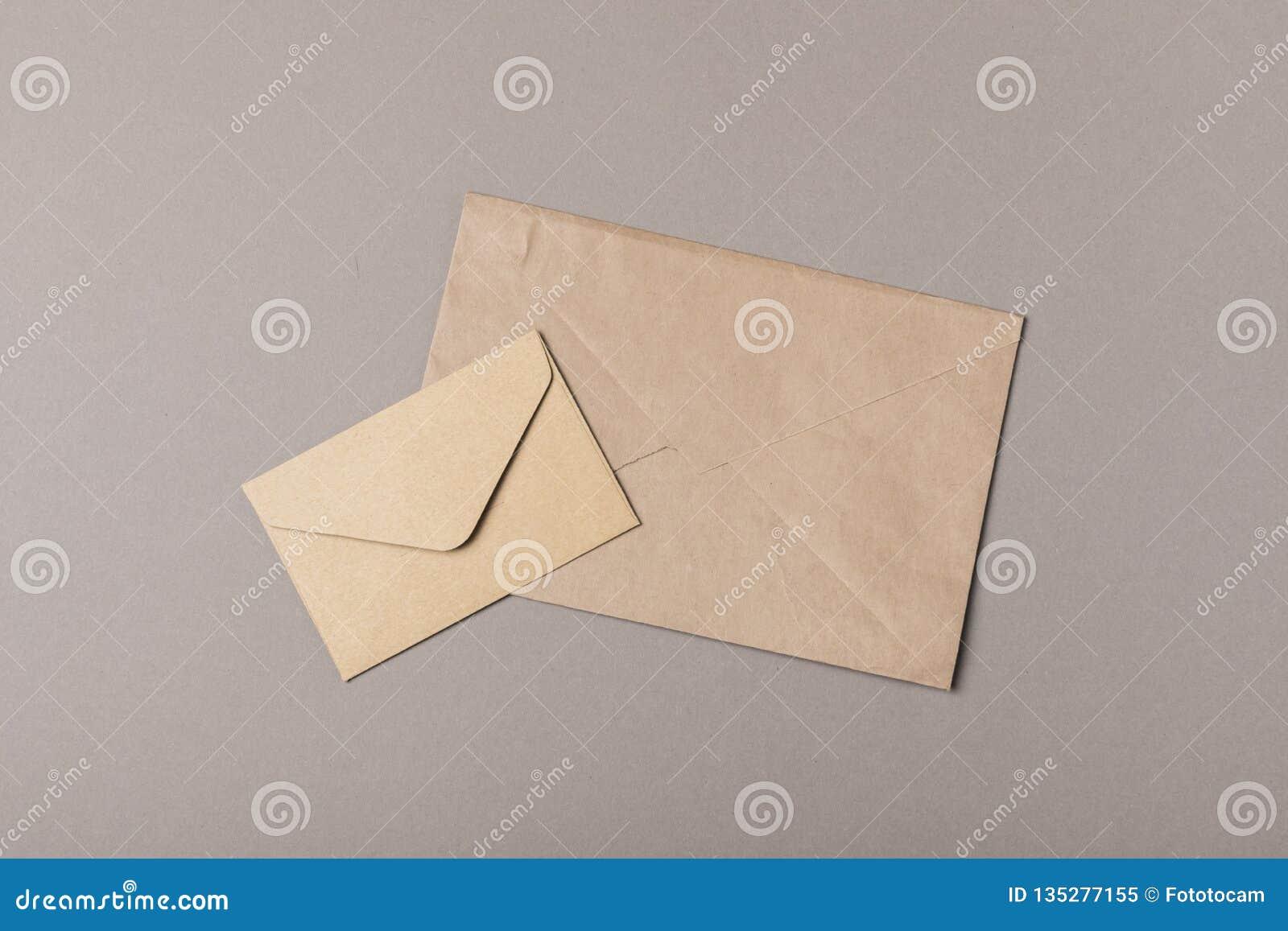 Enveloppes de métier de Brown sur les milieux gris
