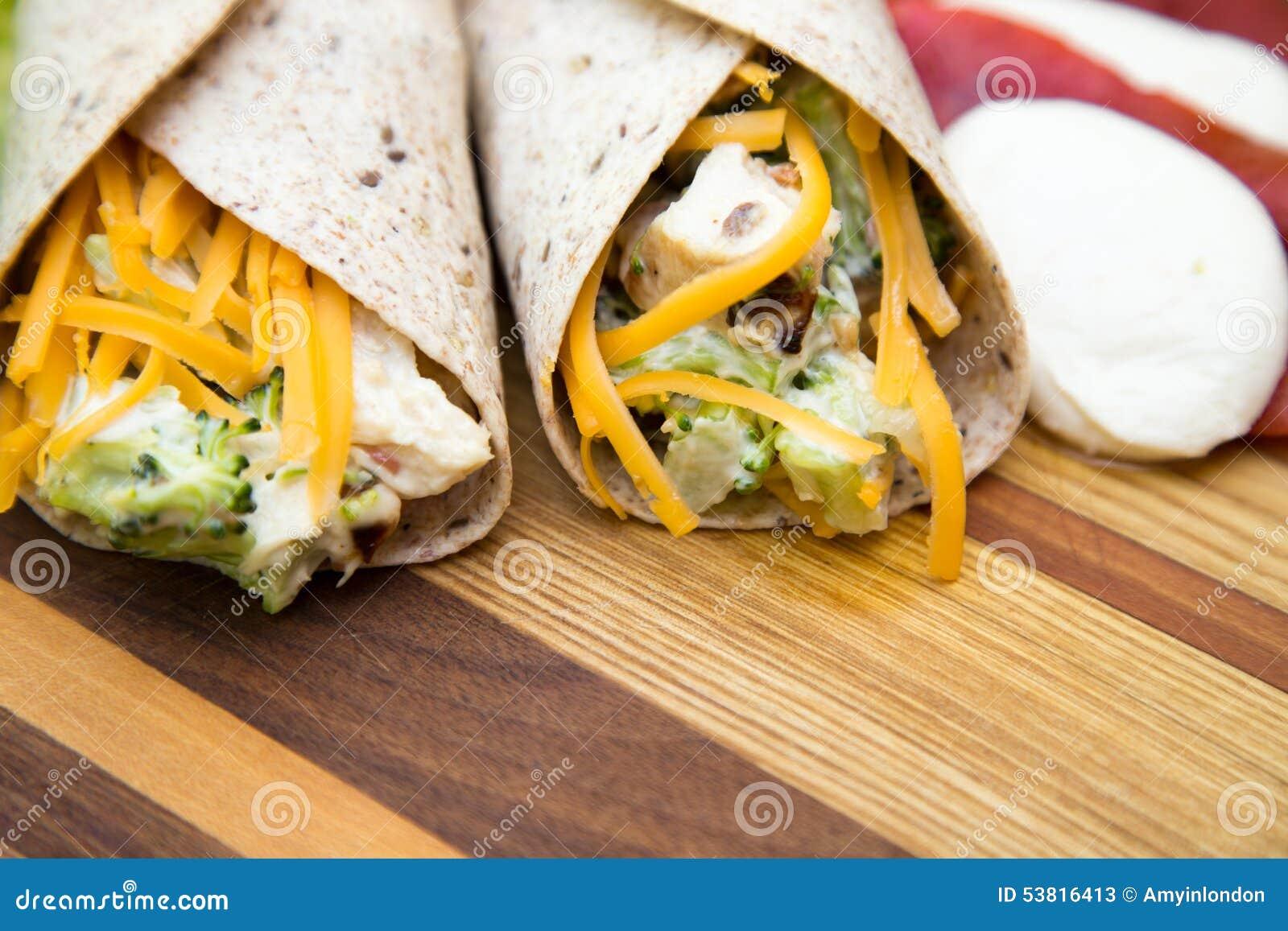 Enveloppes de salade de poulet et de brocoli