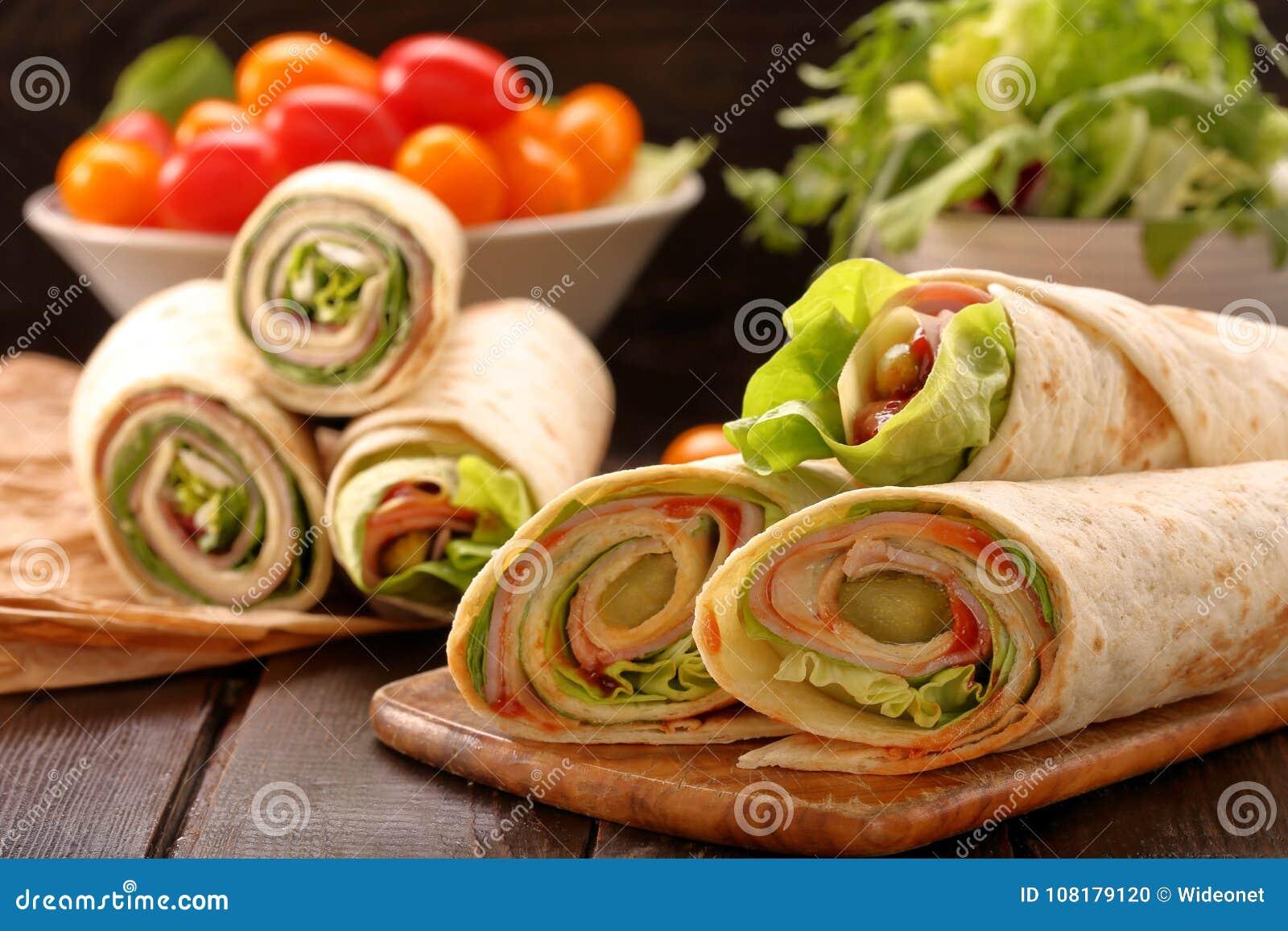 Enveloppes fraîches de tortilla avec du fromage et des légumes de jambon