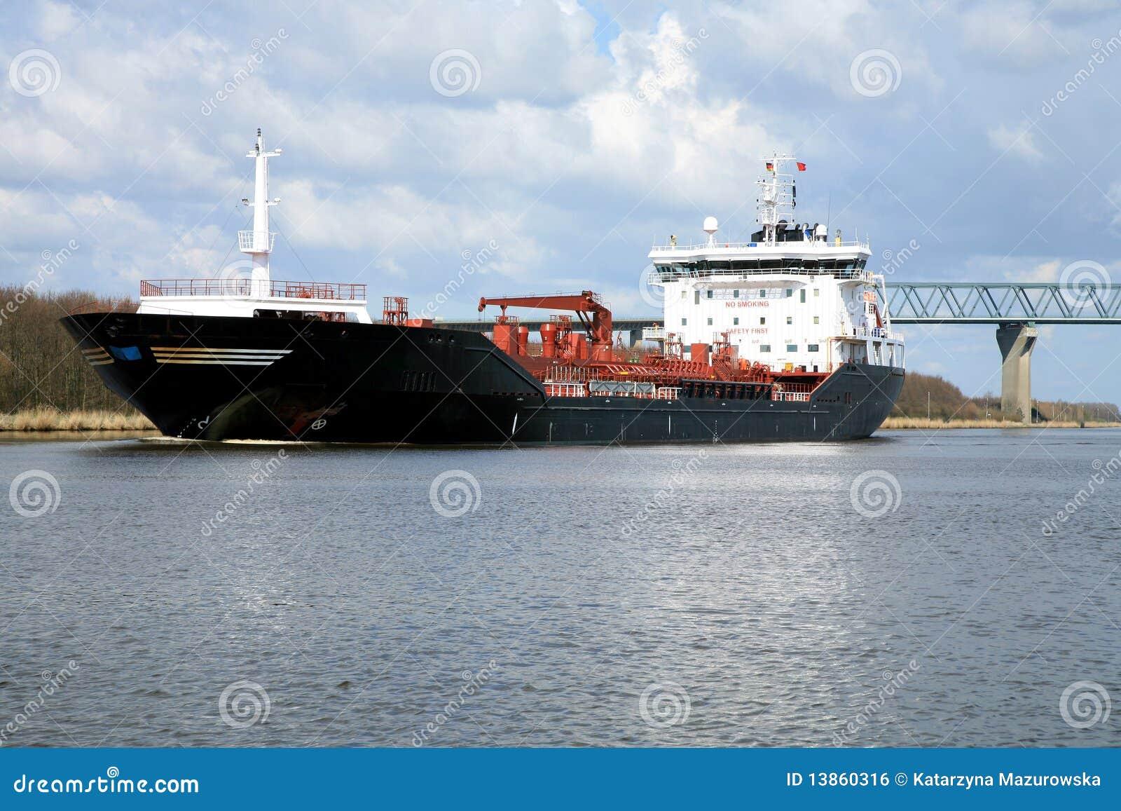 Envie com carga no canal de Kiel, Alemanha.
