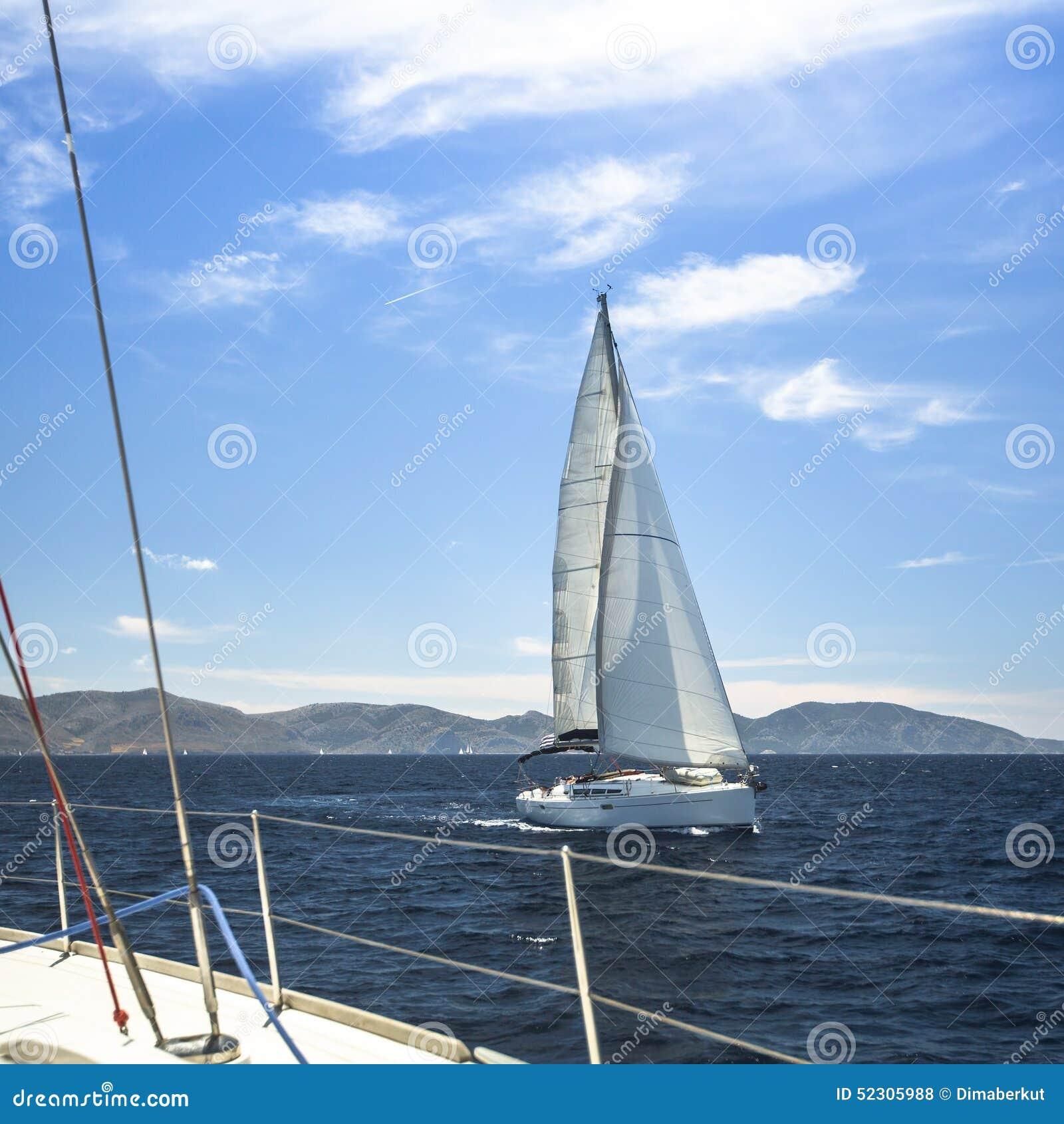 Envie iate com as velas brancas no mar aberto sailing