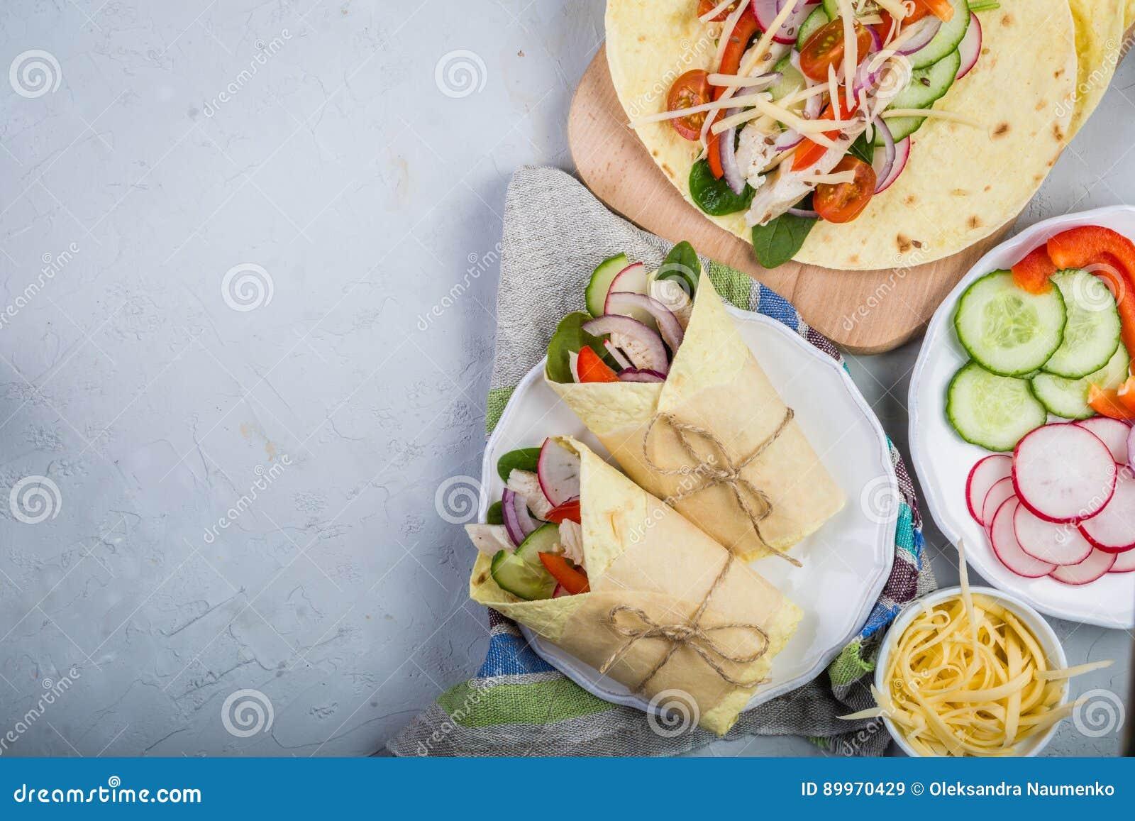 Envoltório da tortilha com galinha e vegetais