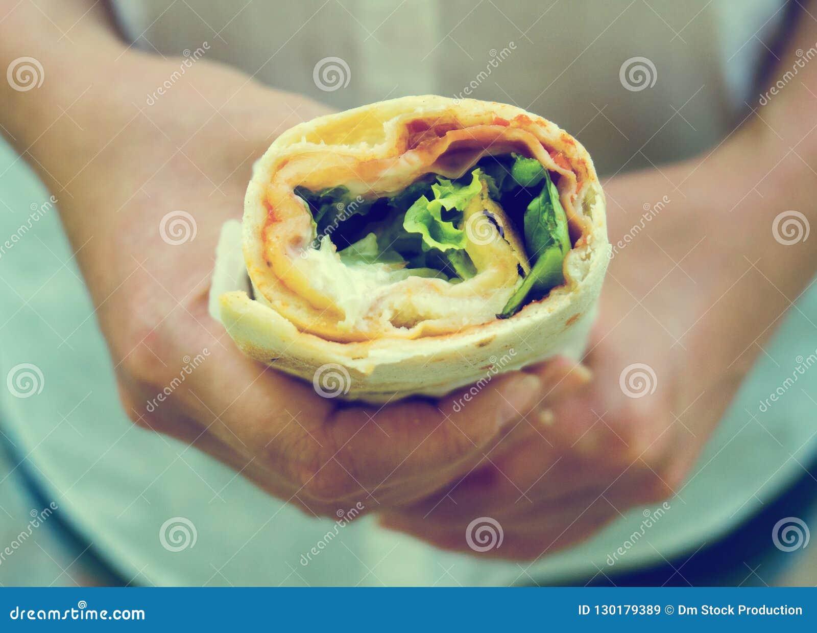 Envoltório do sanduíche da terra arrendada da mulher