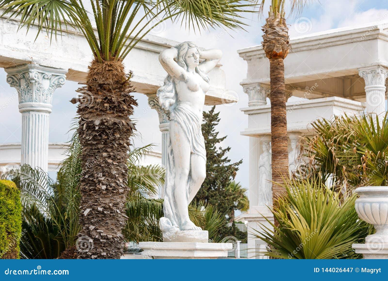 Enyese la copia de la estatua griega de la situación femenina desnuda de la diosa en el parque