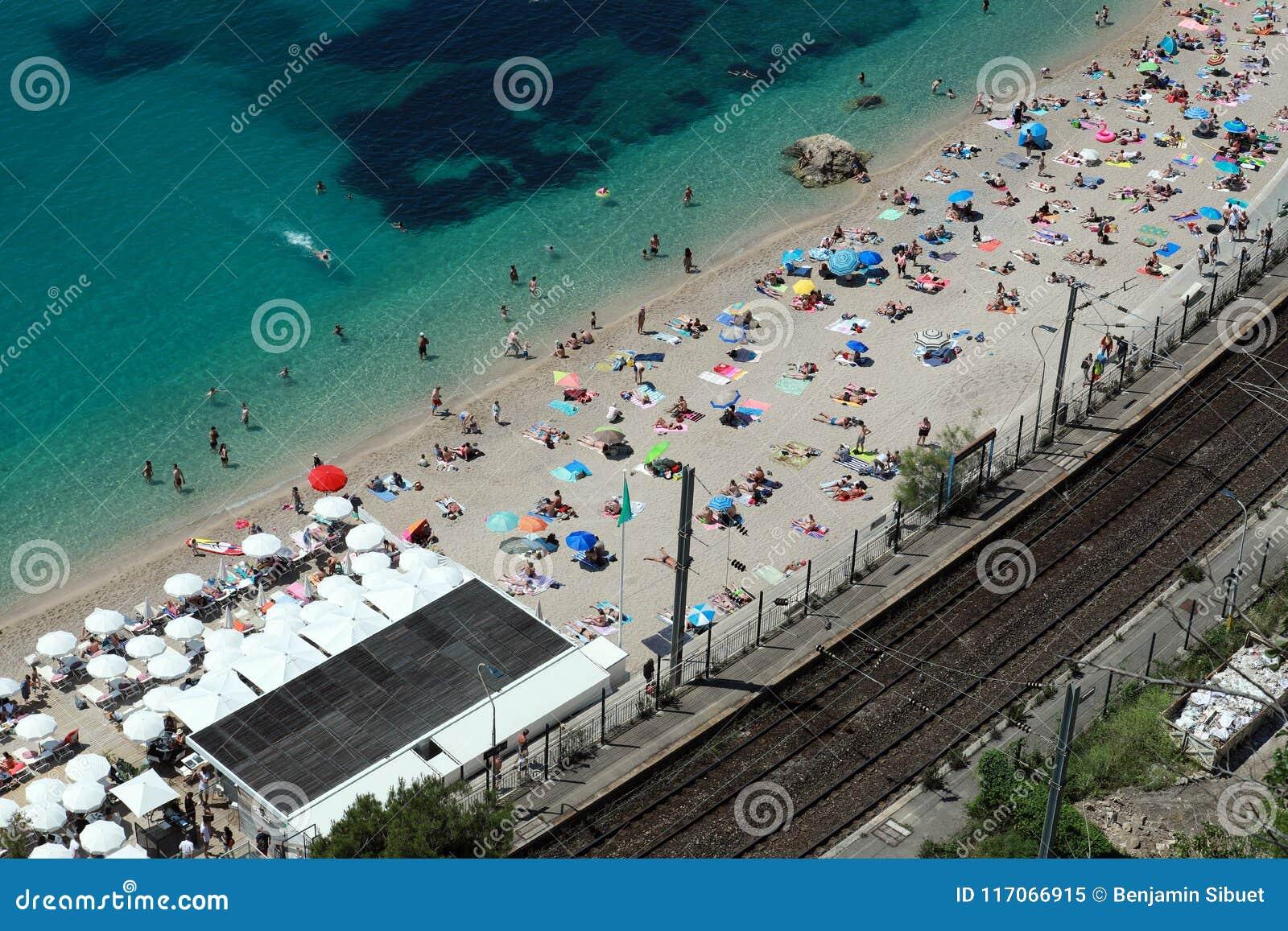 Eople que relaxa na opinião aérea da praia