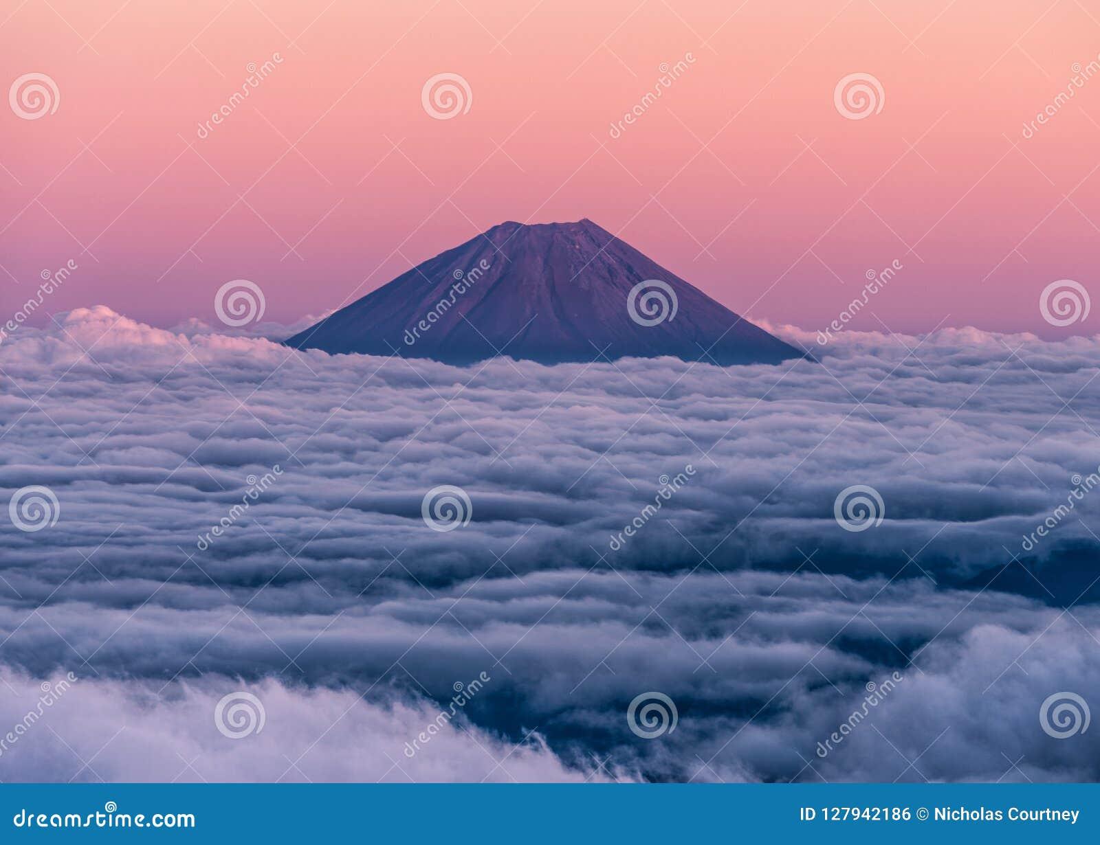 Epicki zmierzch nad wulkanem Mt Fuji wydźwignięcie nad ocean chmury Widzieć od szczytu Mt Kita