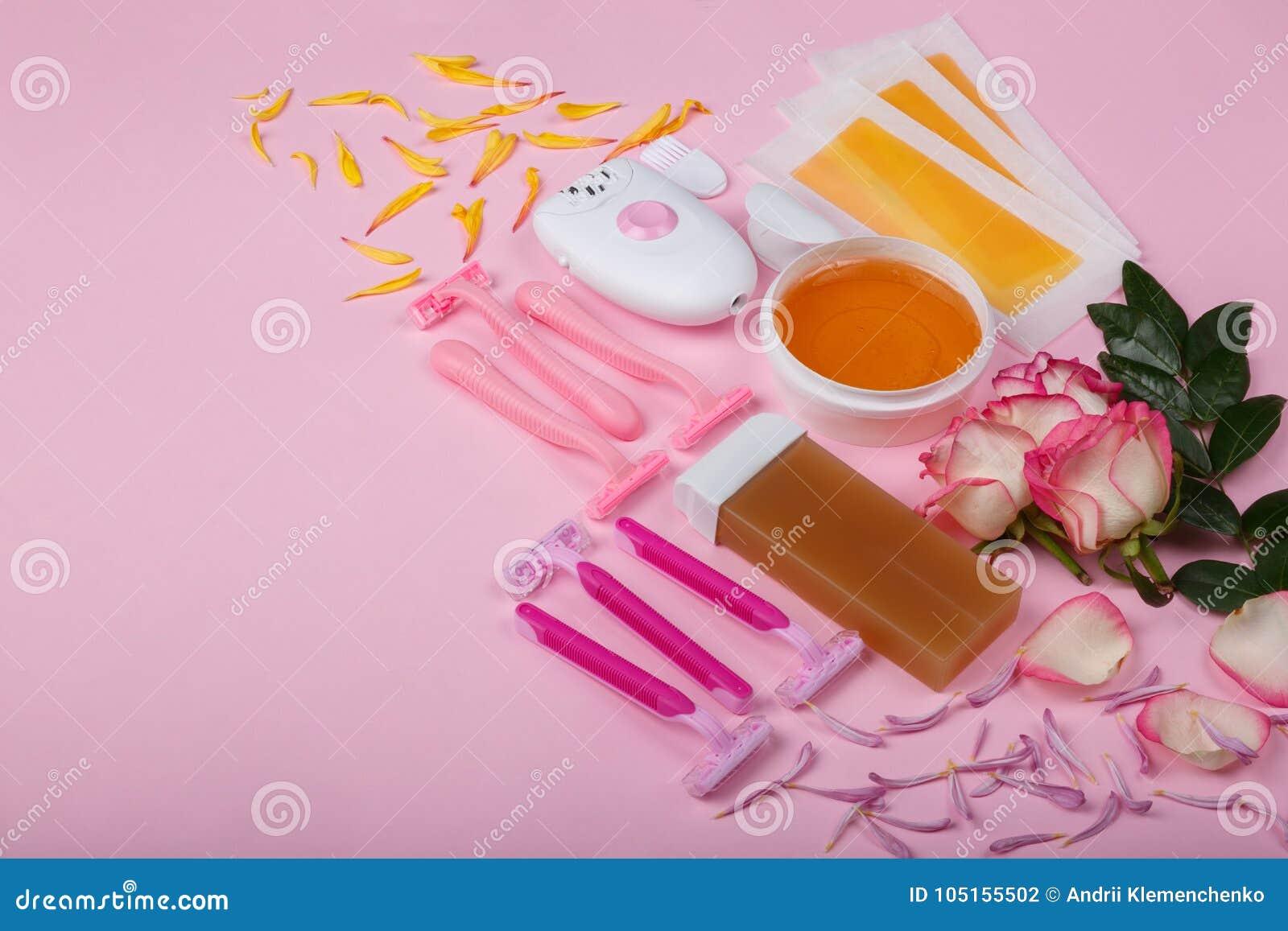 Epilator, rozporządzalna żyletka, wosk, wosk obdziera z różami na różowym tle, przestrzeń dla teksta