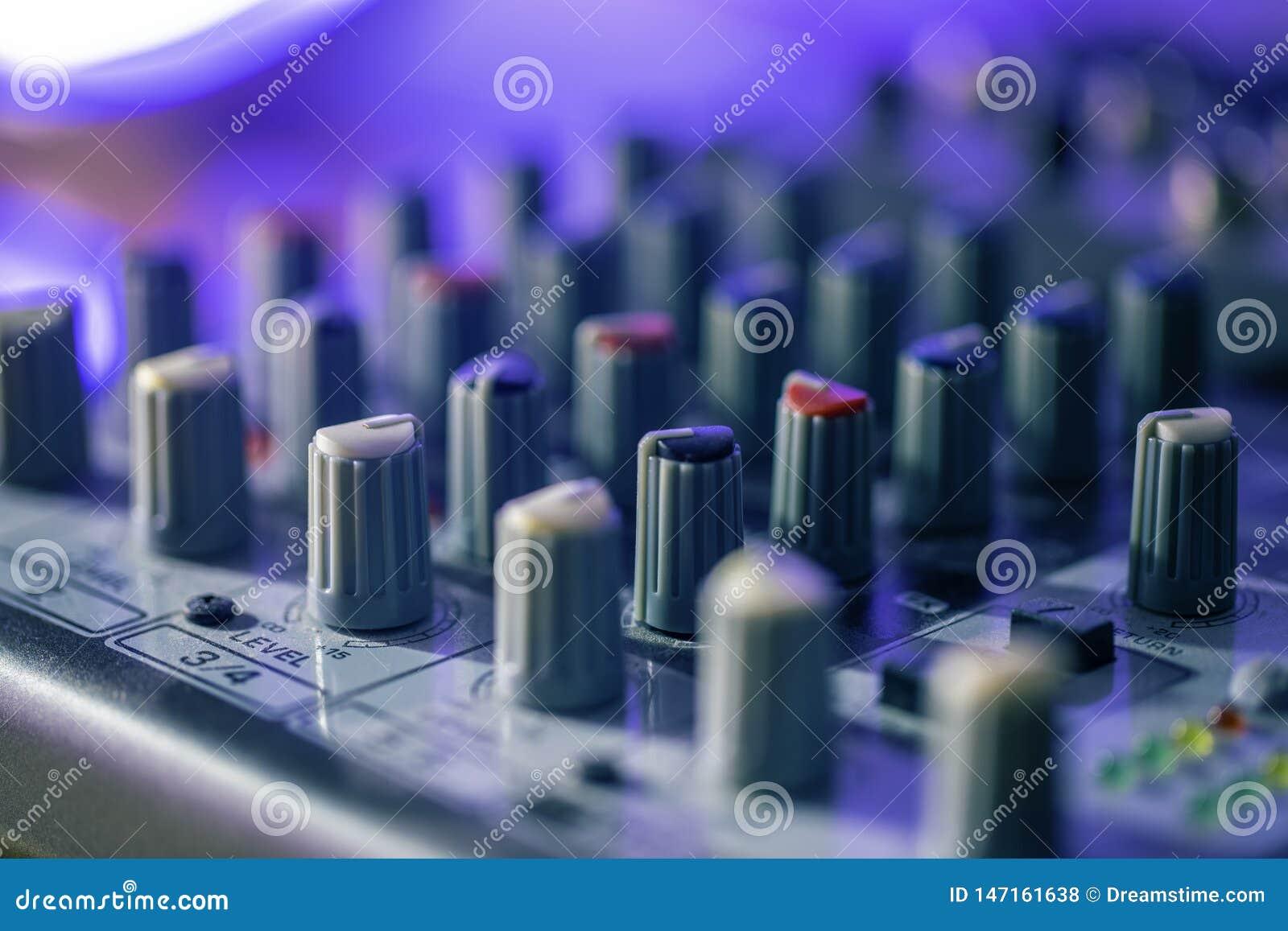 Eq controla en un escritorio de mezcla del estudio casero