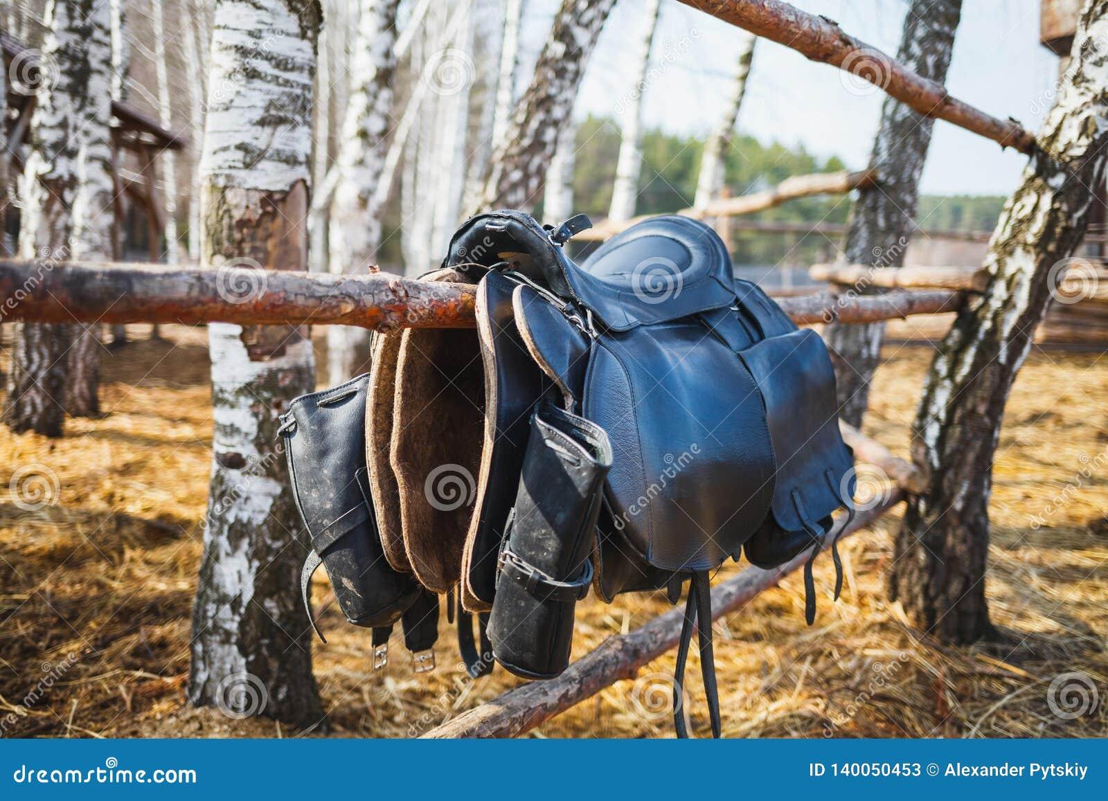 Equestrian comber z kieszeniami wiesza na ogrodzeniu przy stadniny gospodarstwem rolnym