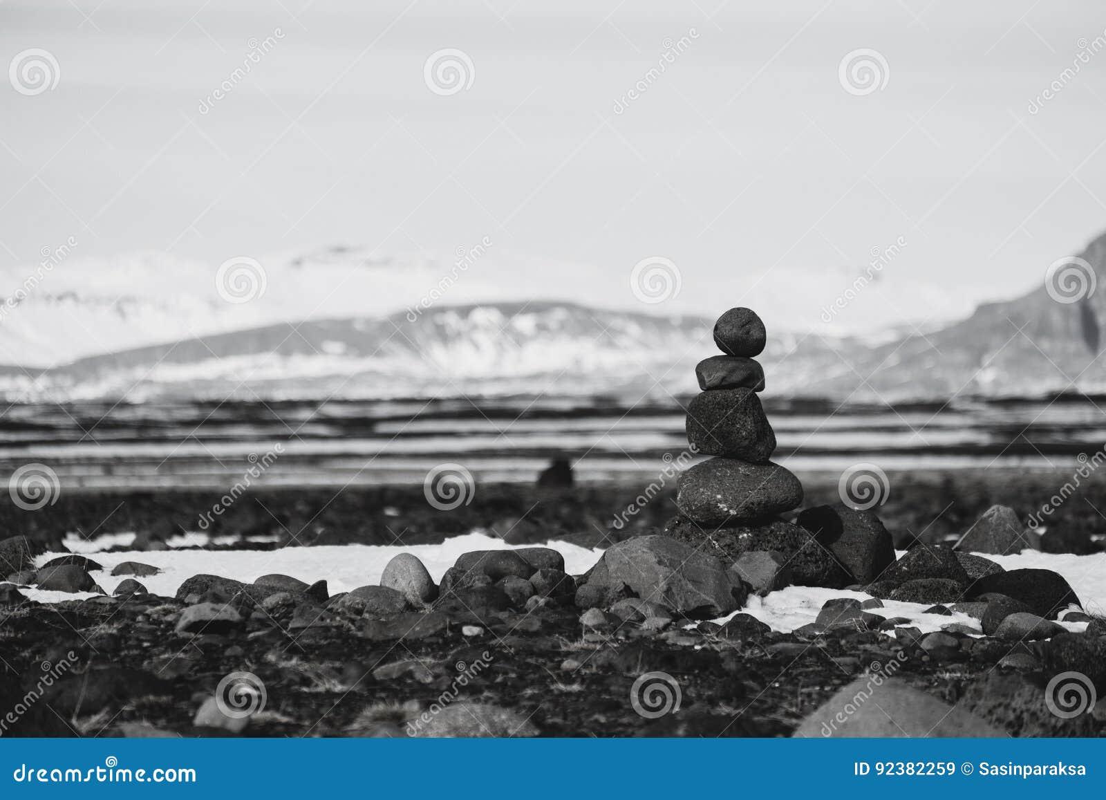Equilibre pedras, pedra empilhada, preto e branco do zen tonificado