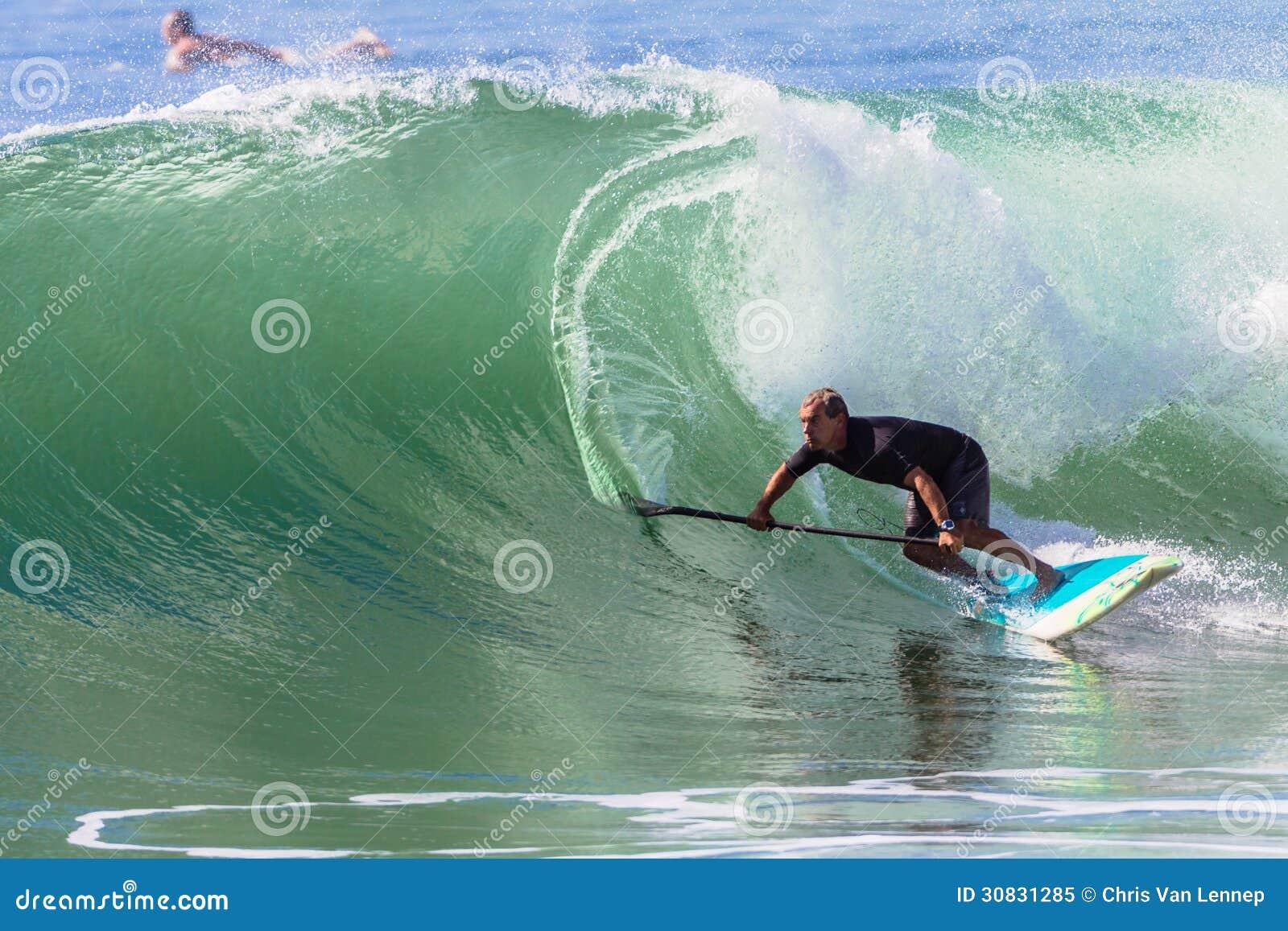 Equilibrio di Wave di guida del SUP del surfista