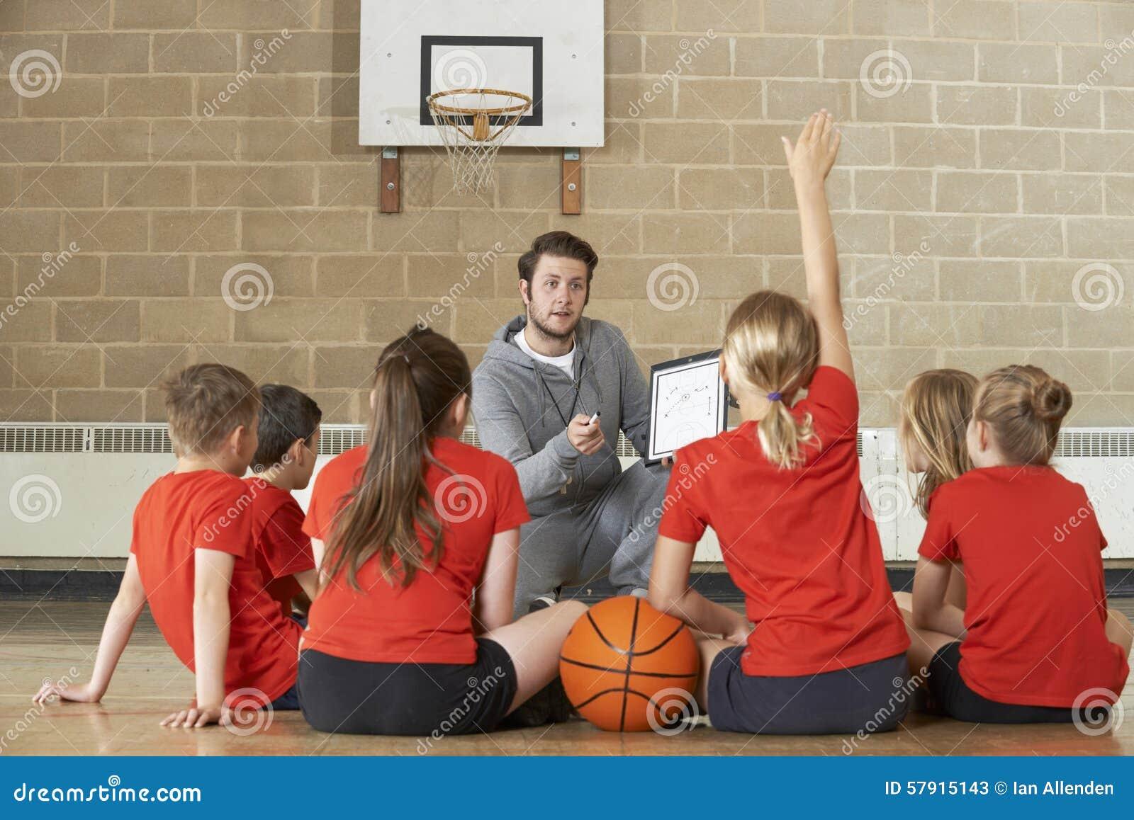 Equipa de basquetebol de Giving Team Talk To Elementary School do treinador