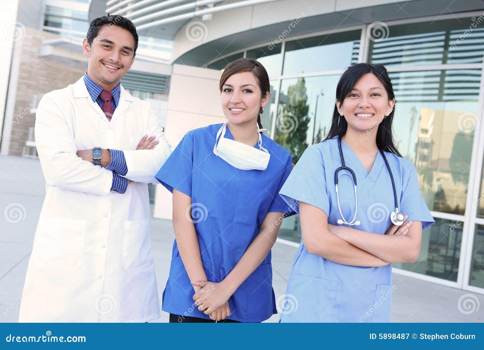 Equipa médica bem sucedida feliz