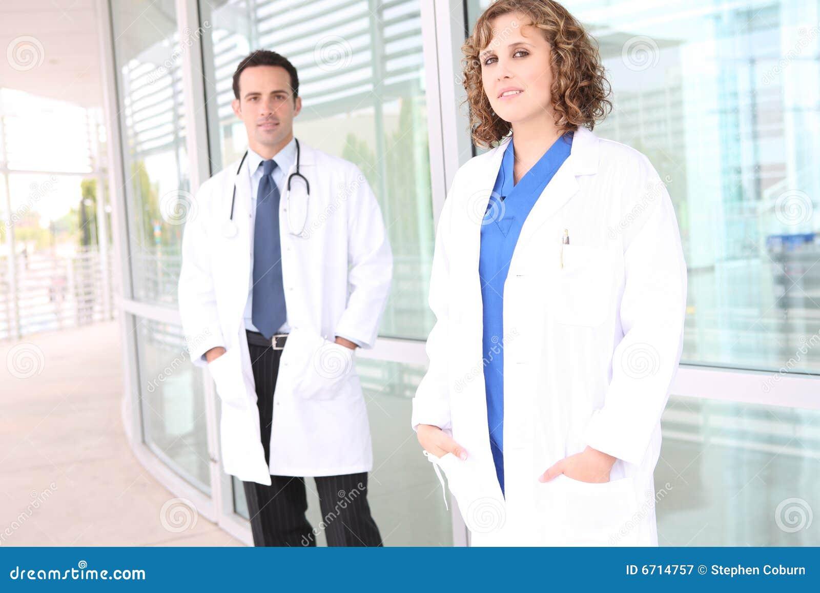 Equipa médica bem sucedida no hospital