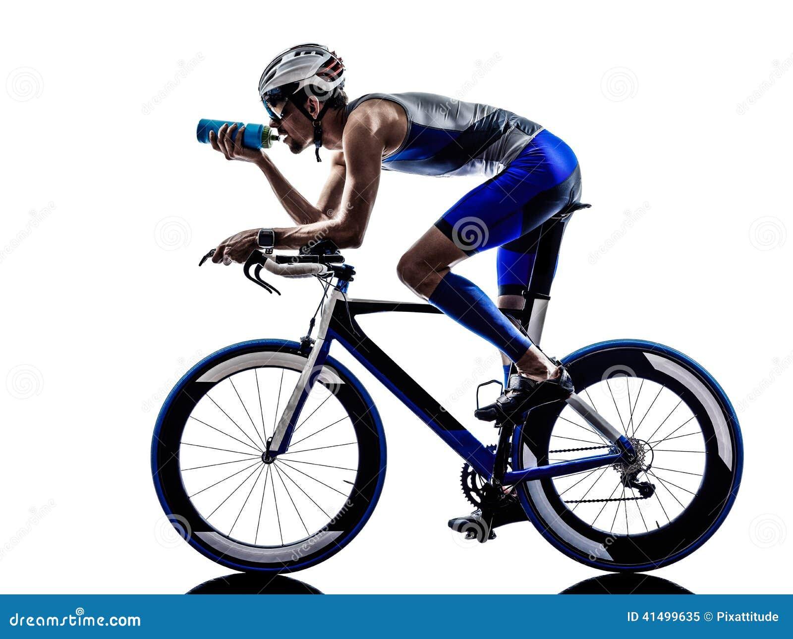 Equipaggi bere andante in bicicletta del ciclista dell atleta dell uomo del ferro di triathlon