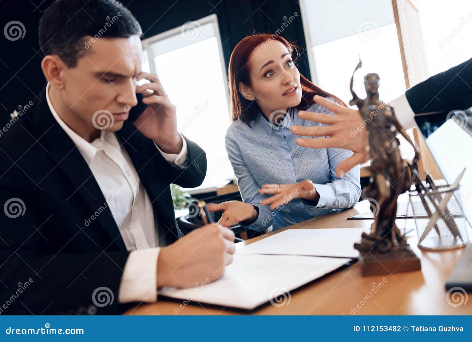 Equipaggi chi divorzia la sua moglie si consulta sul telefono con l avvocato La donna sconcertata si siede accanto all uomo che p