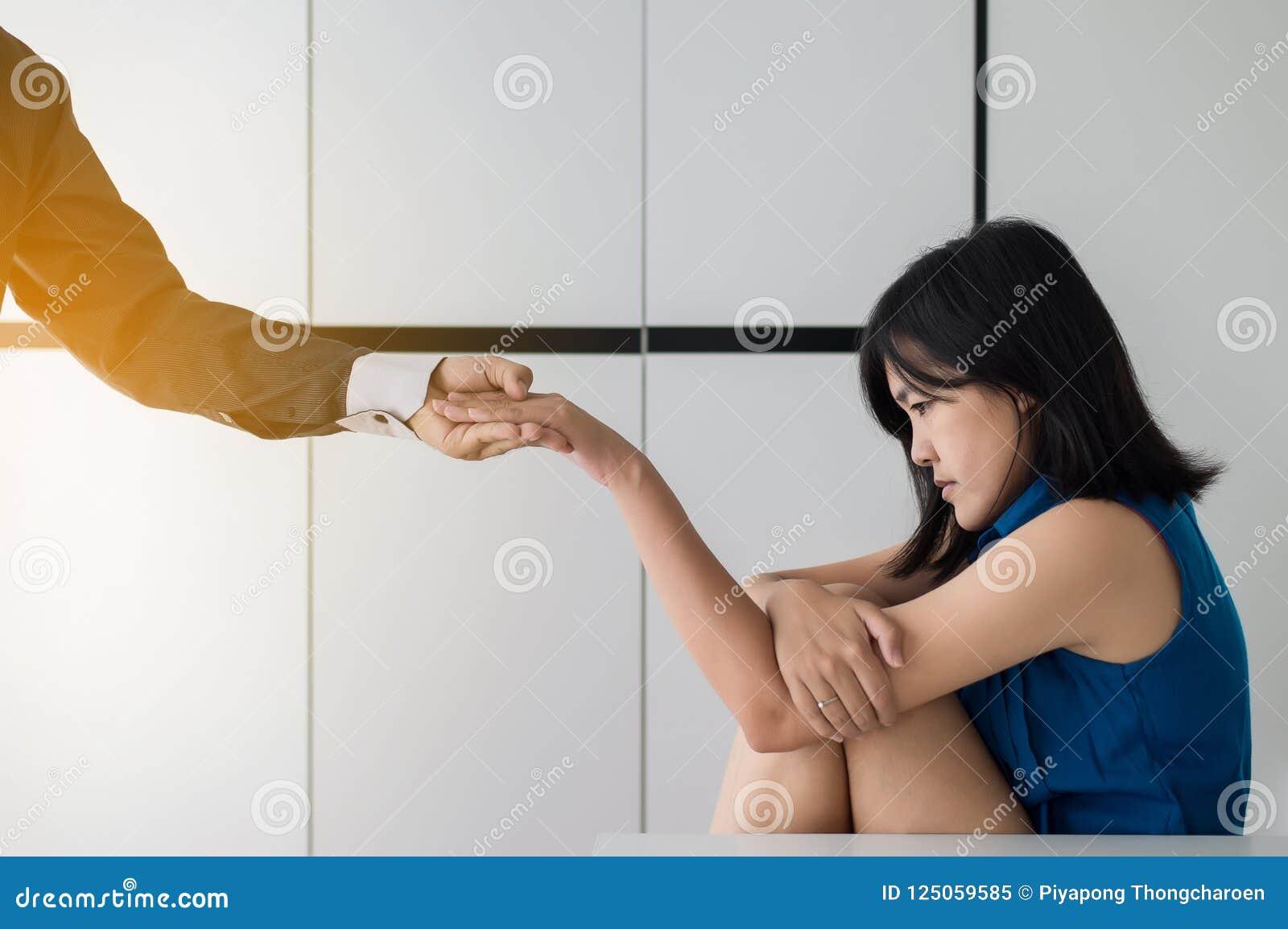 Equipaggi dare la mano alla donna depressa, psichiatra che si tiene per mano il paziente, concetto mentale di sanità