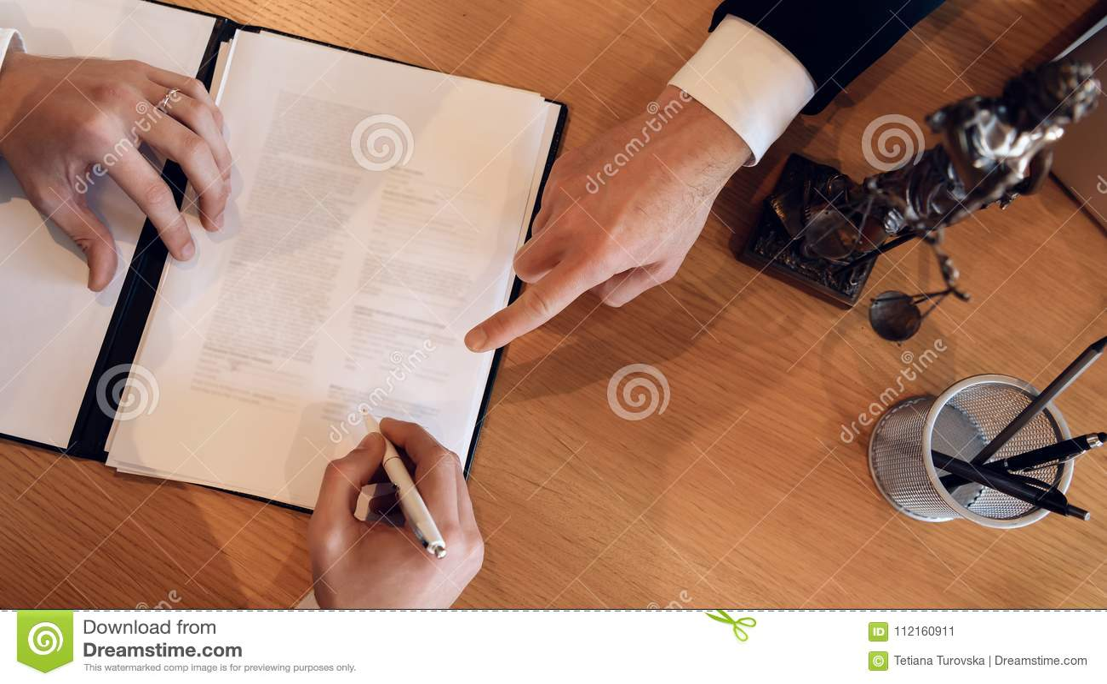 Equipaggi i punti della mano del ` s con il dito dove mettere la firma sul documento Contratto di firma sul divorzio