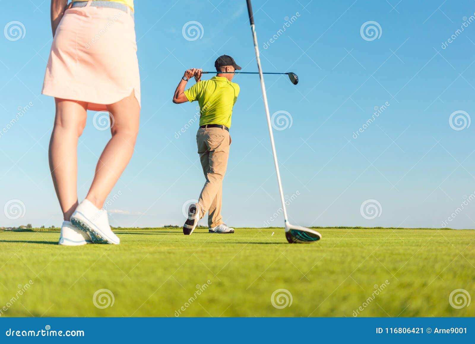 Equipaggi il gioco del golf professionale con il suo partner durante la gara a buche