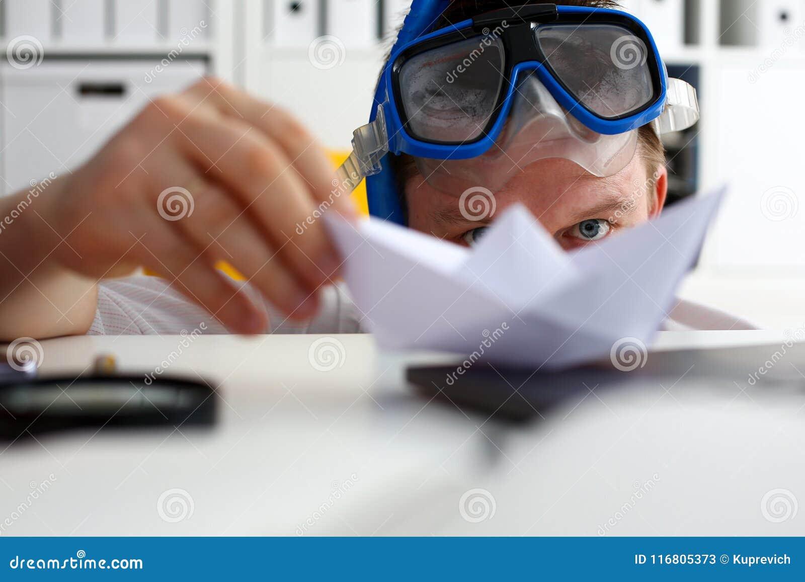 Equipaggi il vestito d uso e leghi negli occhiali di protezione e immerga