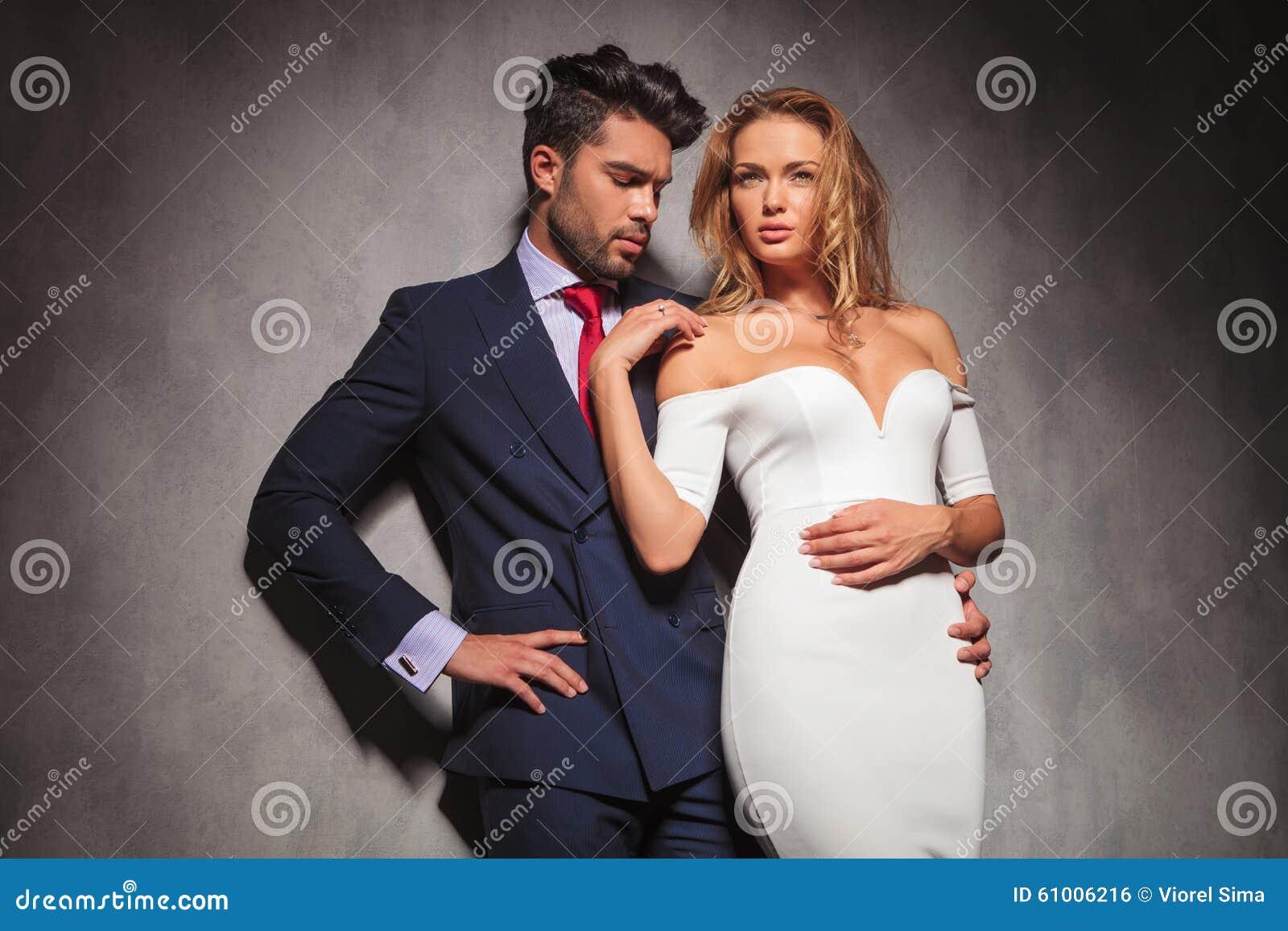 Equipaggi L Abbraccio La Suoi Donna E Sguardi Al Suo Anello Di Fidanzamento