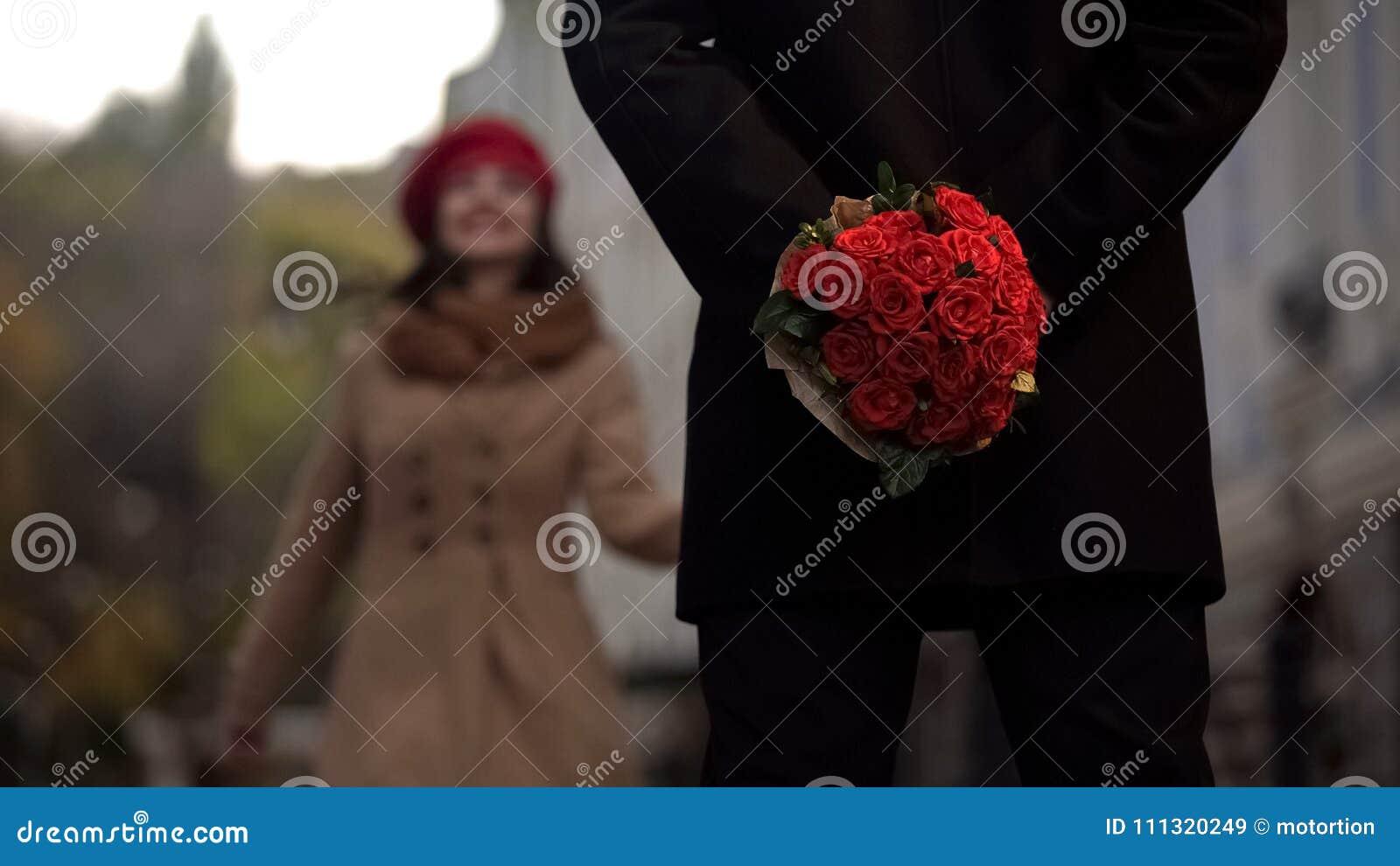 Equipaggi l amica aspettante, tenente i fiori, prima data, inizio delle relazioni