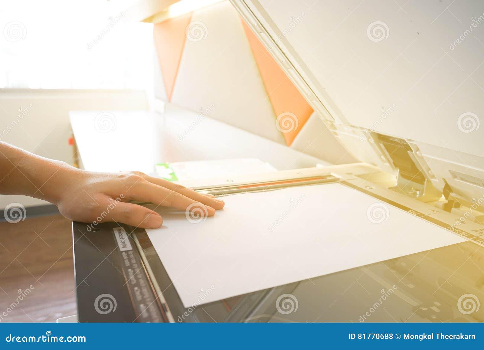 Equipaggi la carta per copie da luce solare della fotocopiatrice dalla finestra fotografia stock - Libro la luce alla finestra ...