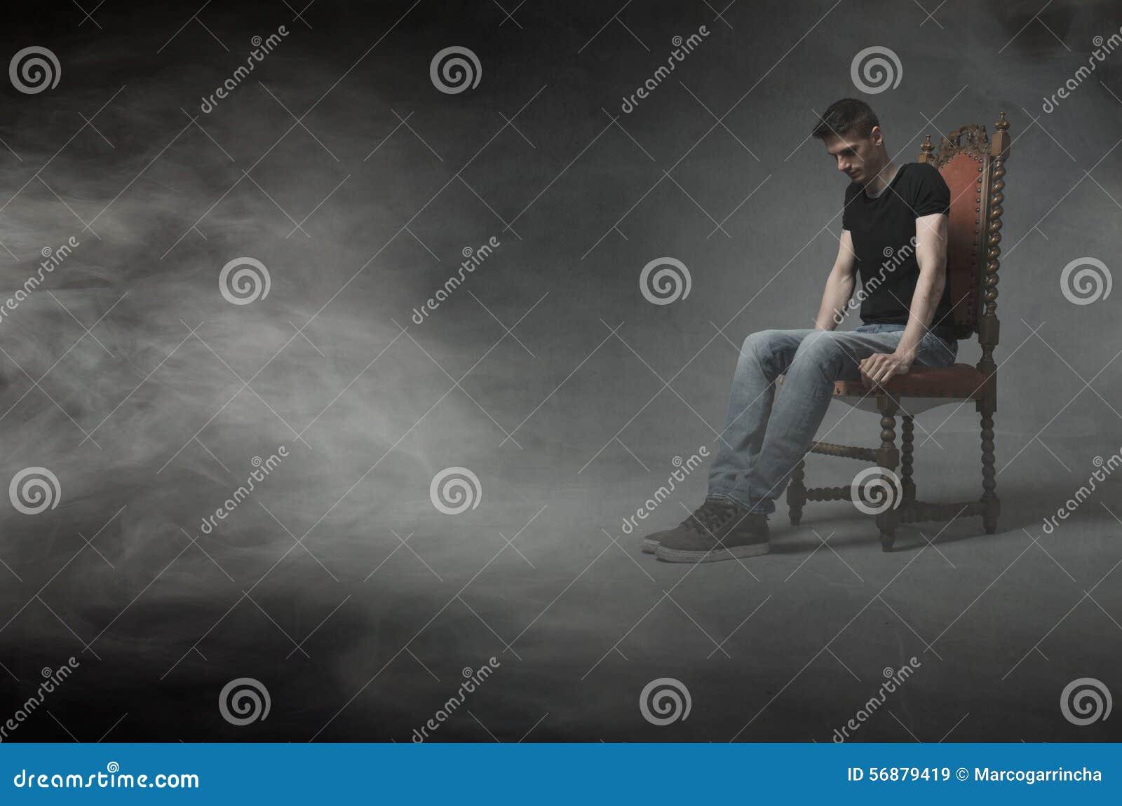 Equipaggi la seduta e pensi su una sedia