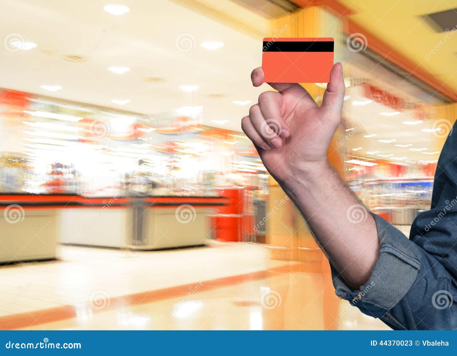 Equipaggi la tenuta della carta di credito in sua mano