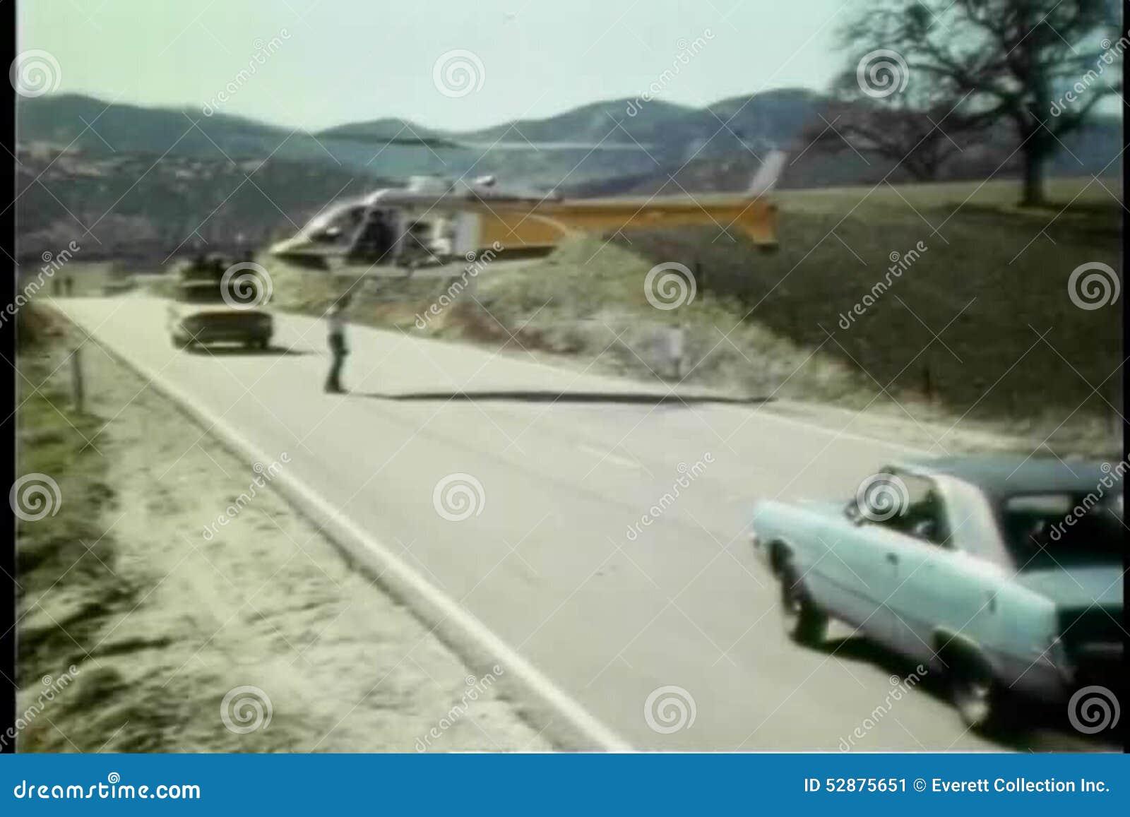 L Elicottero Posizione : Equipaggi le automobili e l elicottero coordinati di acrobazia su