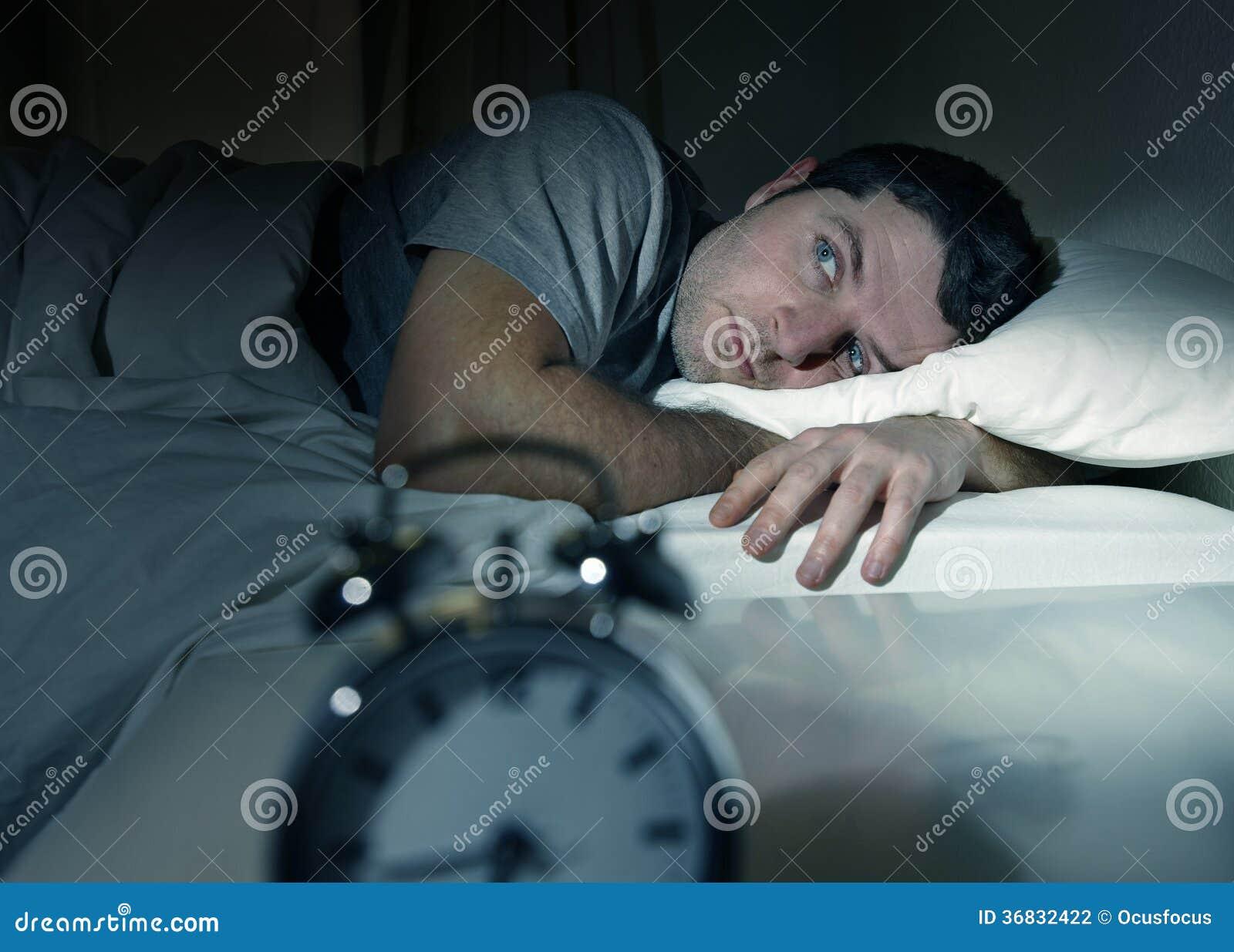 Equipaggi a letto con insonnia di sofferenza aperta occhi e