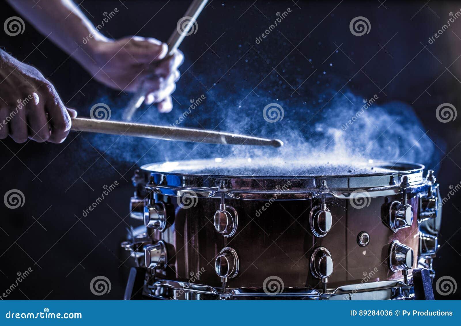 Equipaggi lo strumento di percussione musicale dei giochi con i