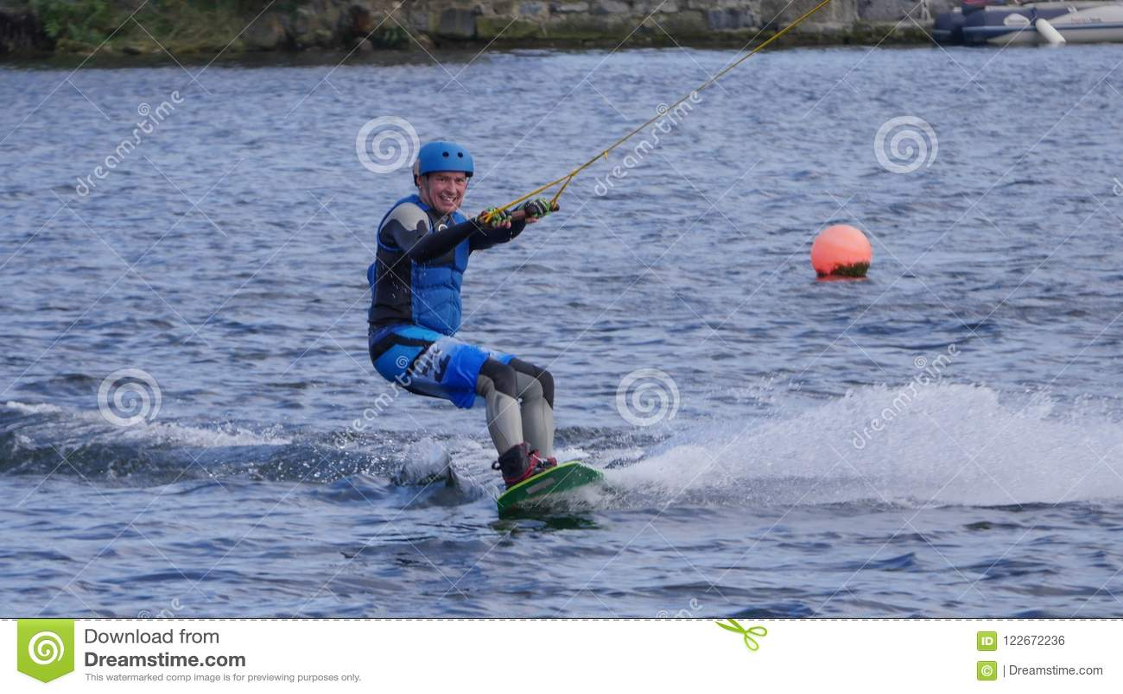 Equipaggi wakeboarding nel bacino di Grand Canal nella città di Dublino