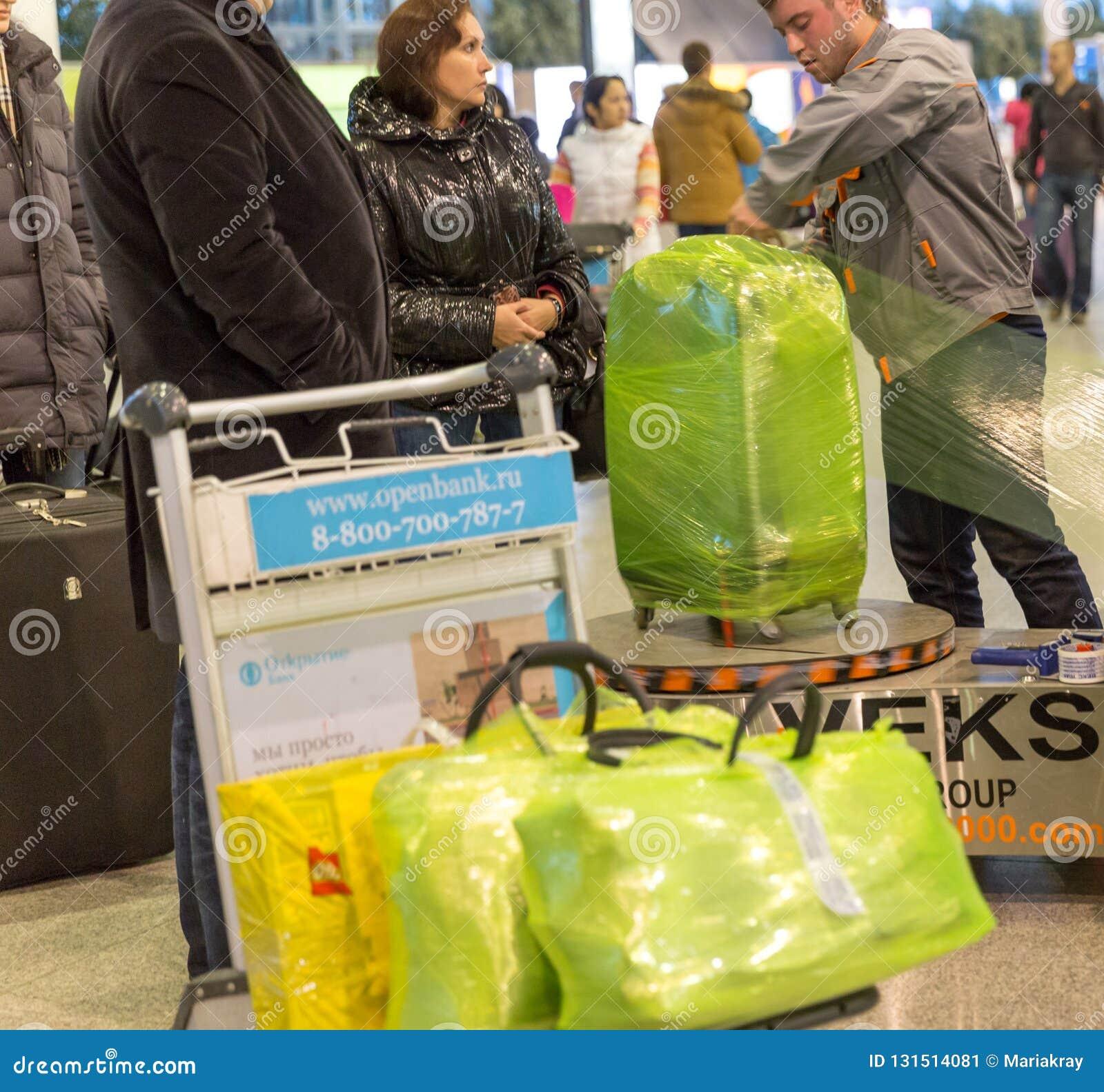 Equipaje que envuelve servicio en el aeropuerto de Sheremetyevo en Moscú, Rusia