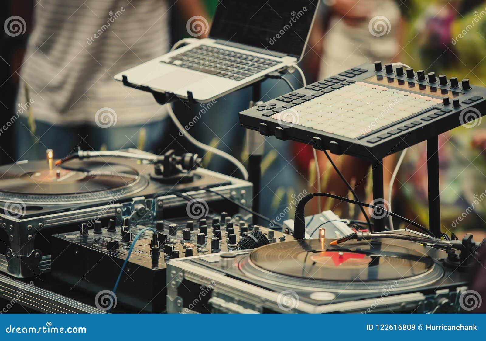 Equipamento audio do DJ do partido profissional no festival do ar livre