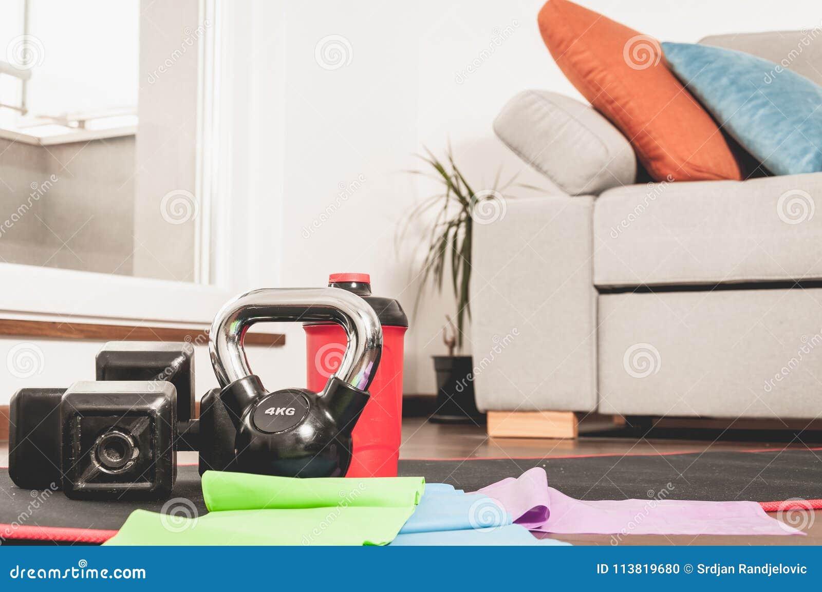 Equipamento da aptidão para a mulher na casa para o exercício home