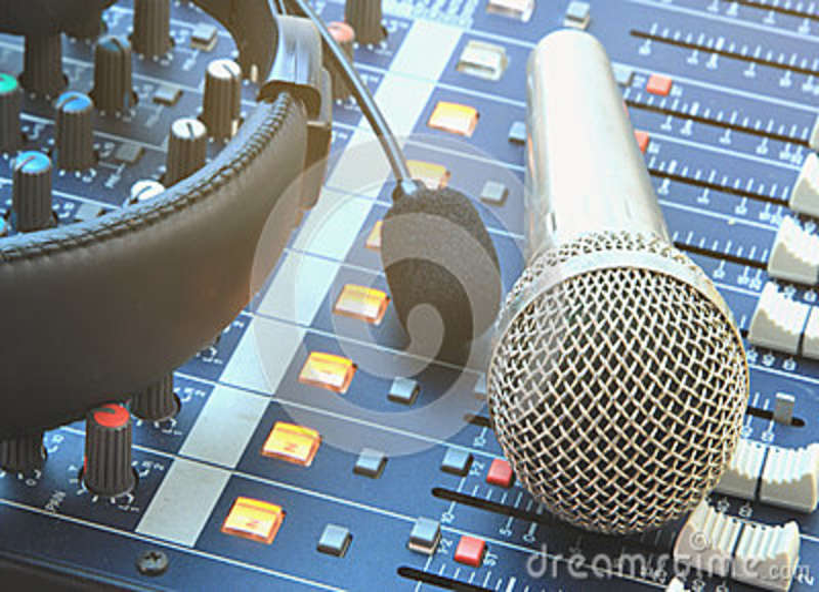 Equipamento de gravação análogo da música na sala de comando
