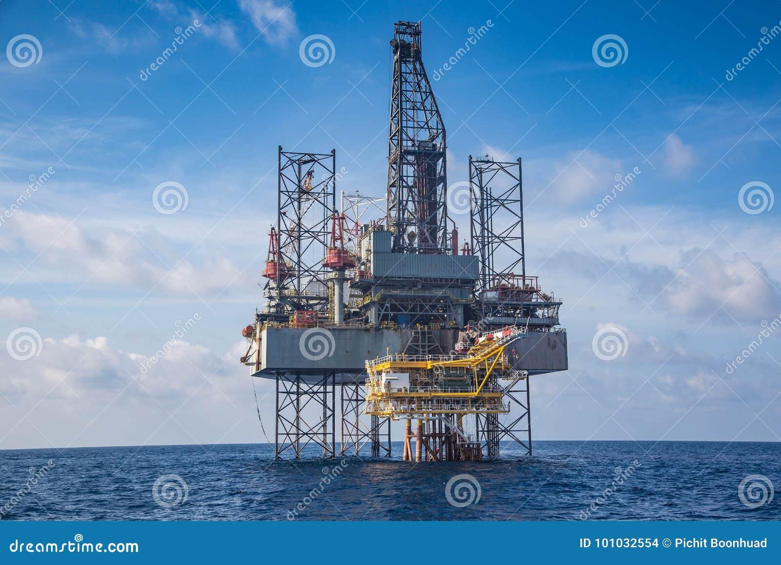 Equipamento de perfuração a pouca distância do mar do petróleo e gás no compleation do whil do Golfo da Tailândia na plataforma d
