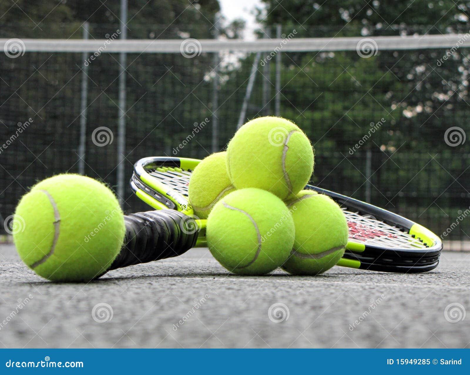 Equipamento do tênis na corte