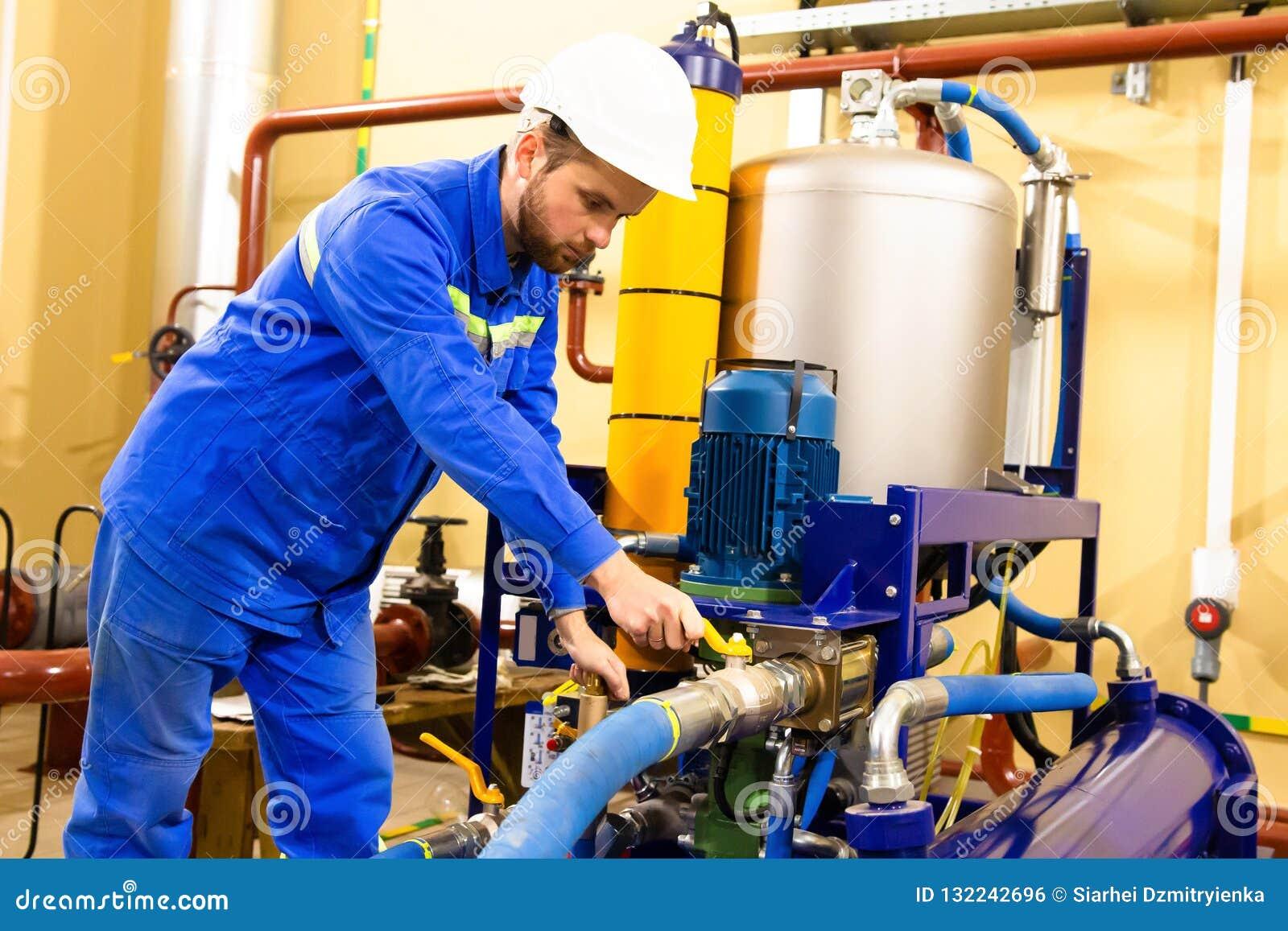 Equipamento industrial do óleo dos serviços do engenheiro mecânico na refinaria do gás
