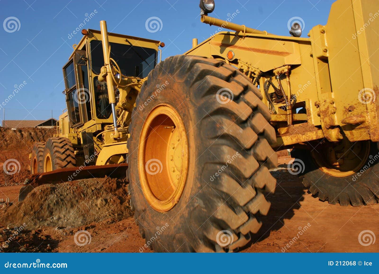 Equipamento pesado que raspa uma estrada