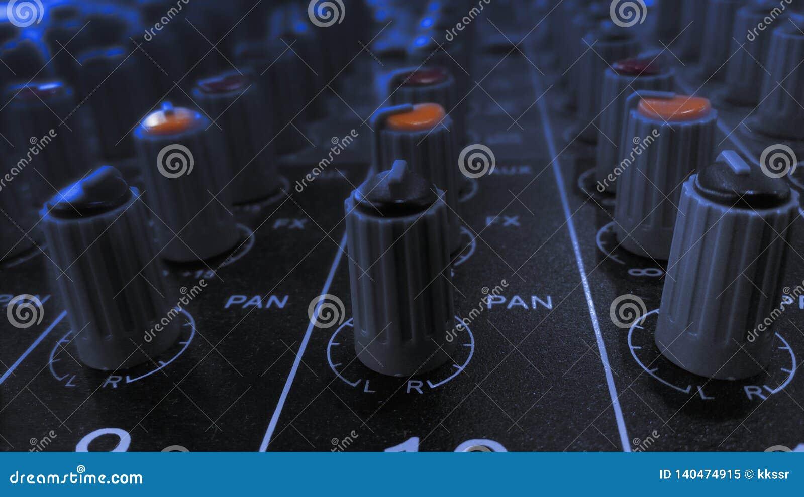 Equipamento sadio audio do equalizador no festival do partido do clube noturno do concerto