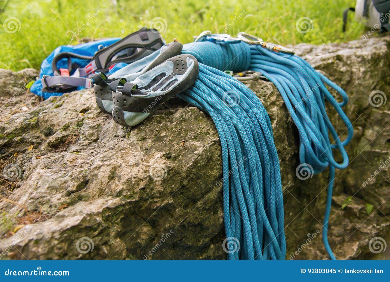 Equipamento usado para escalar onde as carabinas da corda e os deslizadores de escalada se encontram em uma rocha
