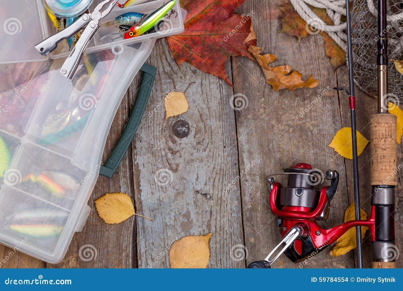 Equipamentos de pesca a bordo com as folhas do outono