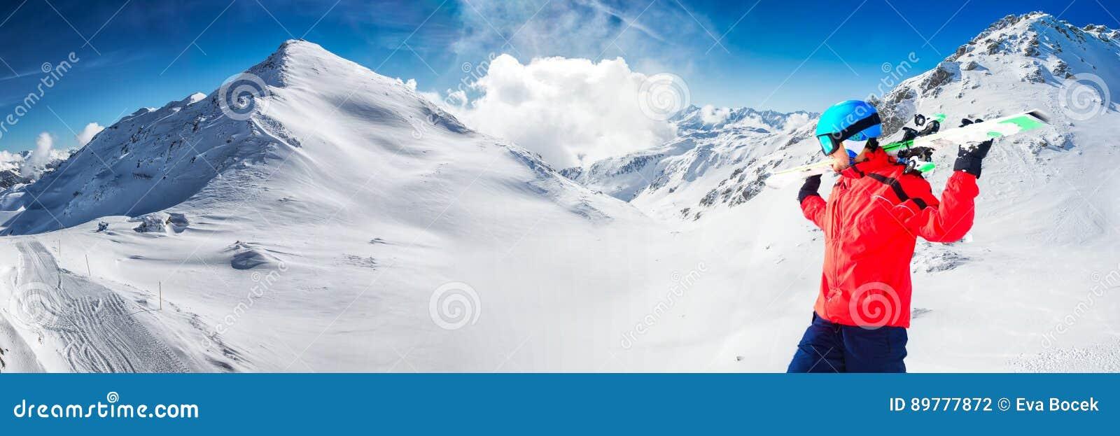 Equipe a apreciação da vista impressionante antes de esquiar no resor famoso do esqui